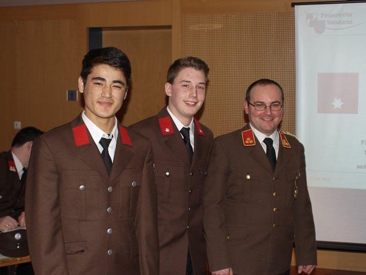 v.l.: Die beiden neuen Feuerwehrmänner Nazari Ahmad Reshad und Simon Pfefferkorn mit Kommandant Christoph Schapler