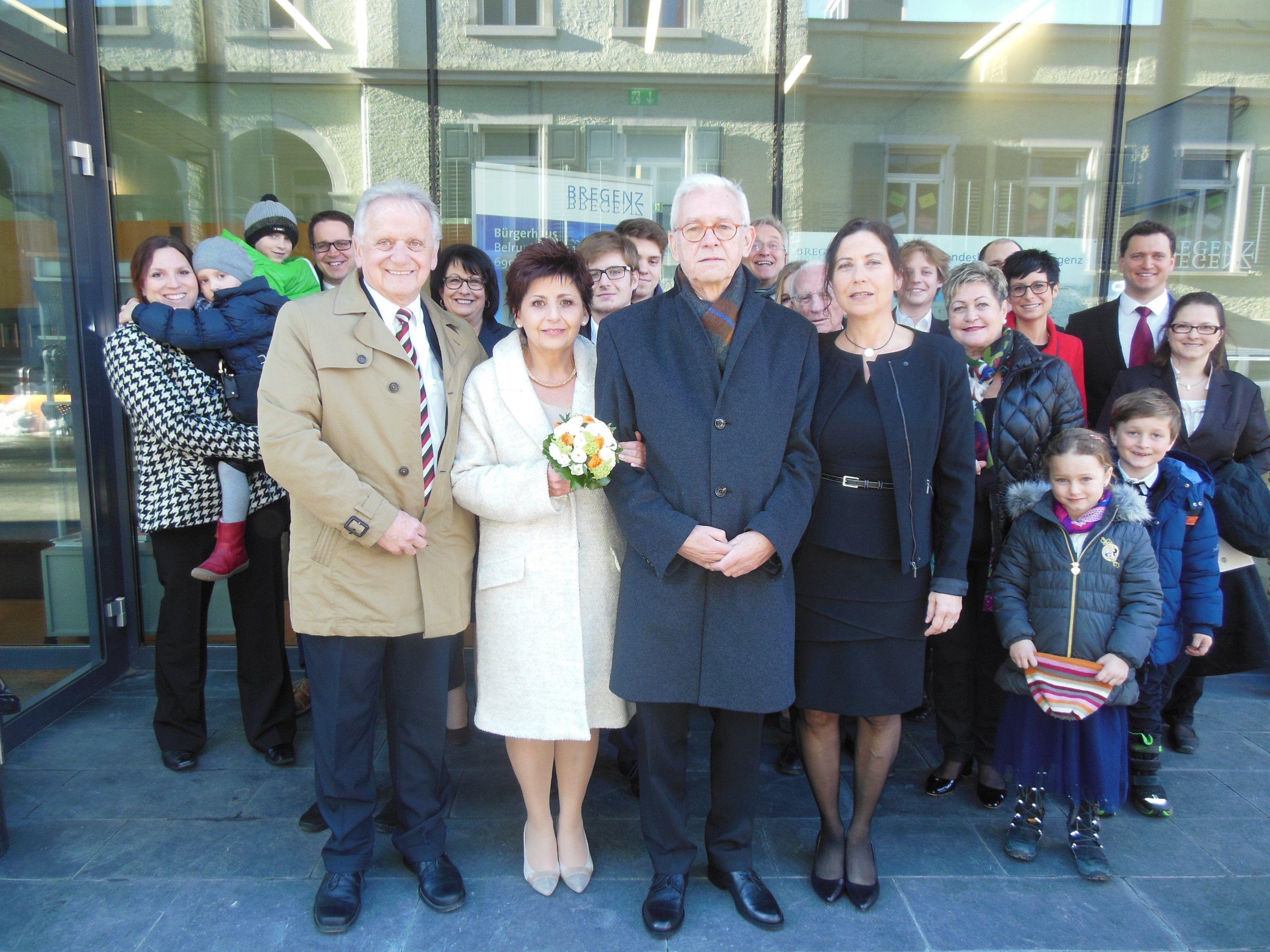 Das glückliche Paar mit der Hochzeitsgesellschaft.