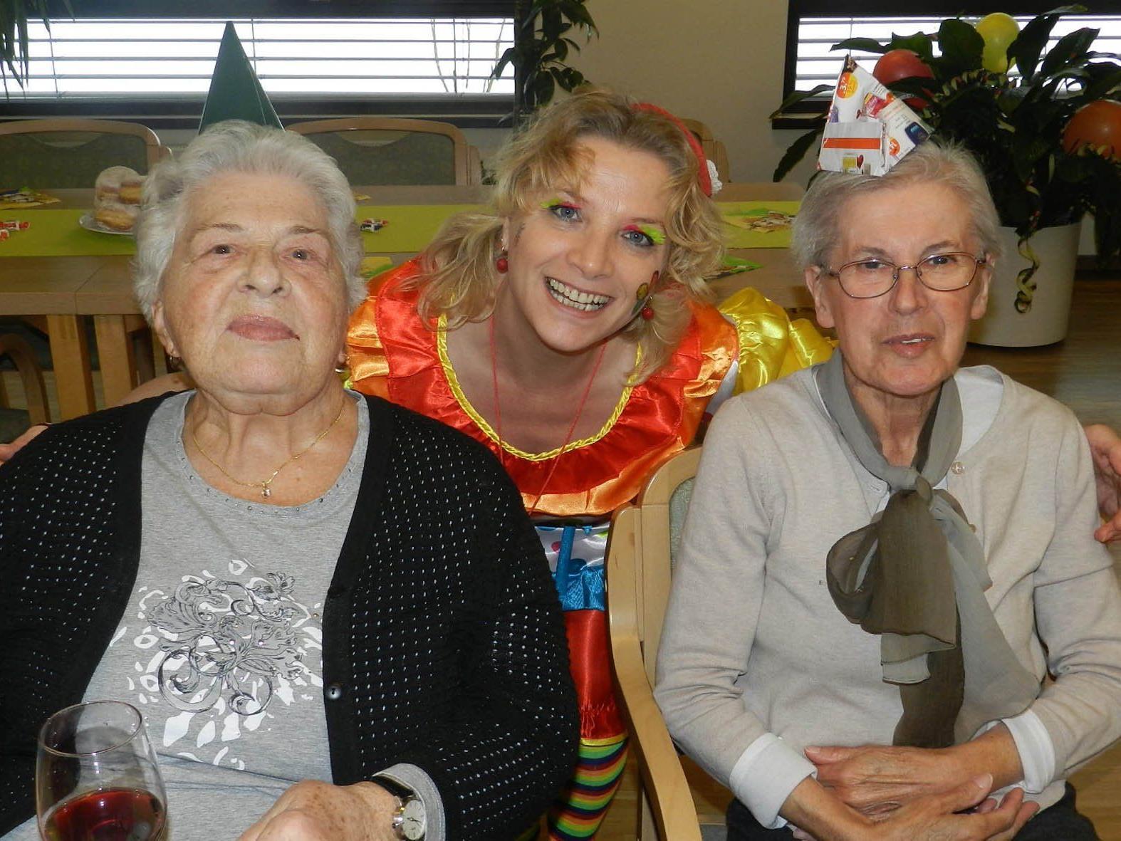 """""""Jöri – Jöri"""" - Pflegehelferin Elena Heim freut sich gemeinsam mit den Bewohnerinnen Elisabeth Stotz und Maria Espen über die gelungene Faschingsfeier."""