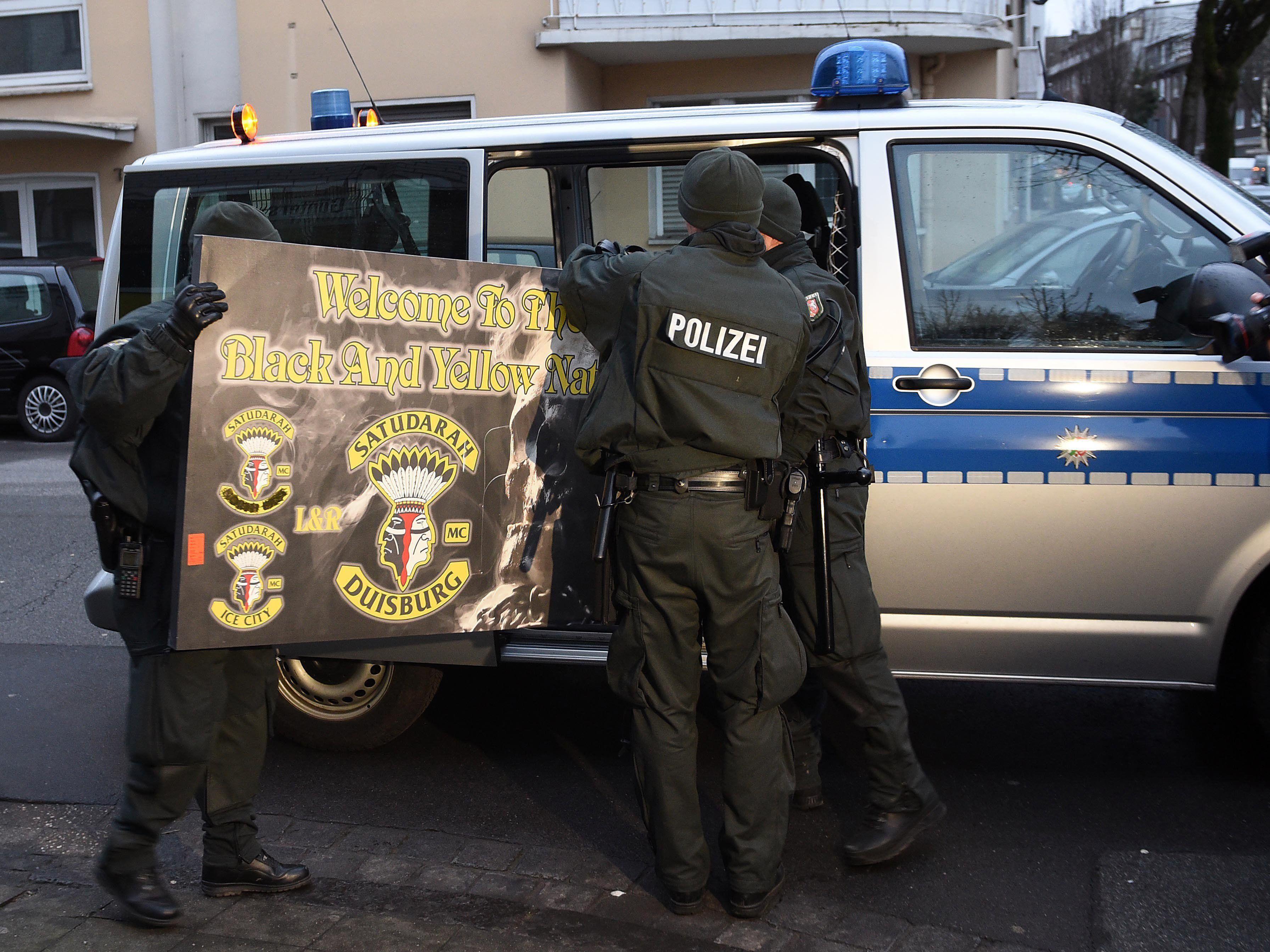 Polizei stürmte Vereinsheime und Wohnungen.