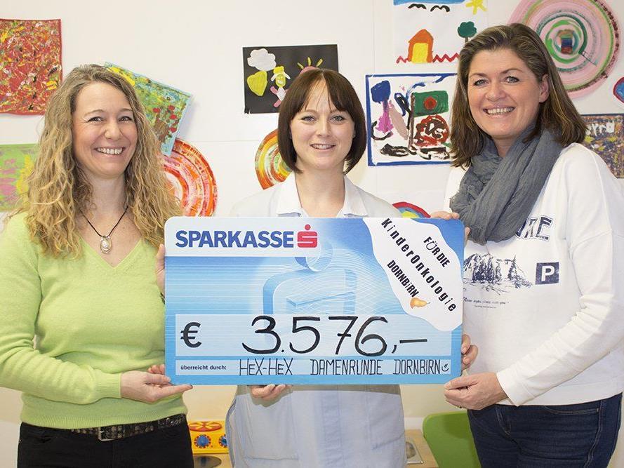 Christine Reiter (l.) und Tatjana Luger (r.) übergaben Daniela Bechter eine beachtliche Spendensumme.