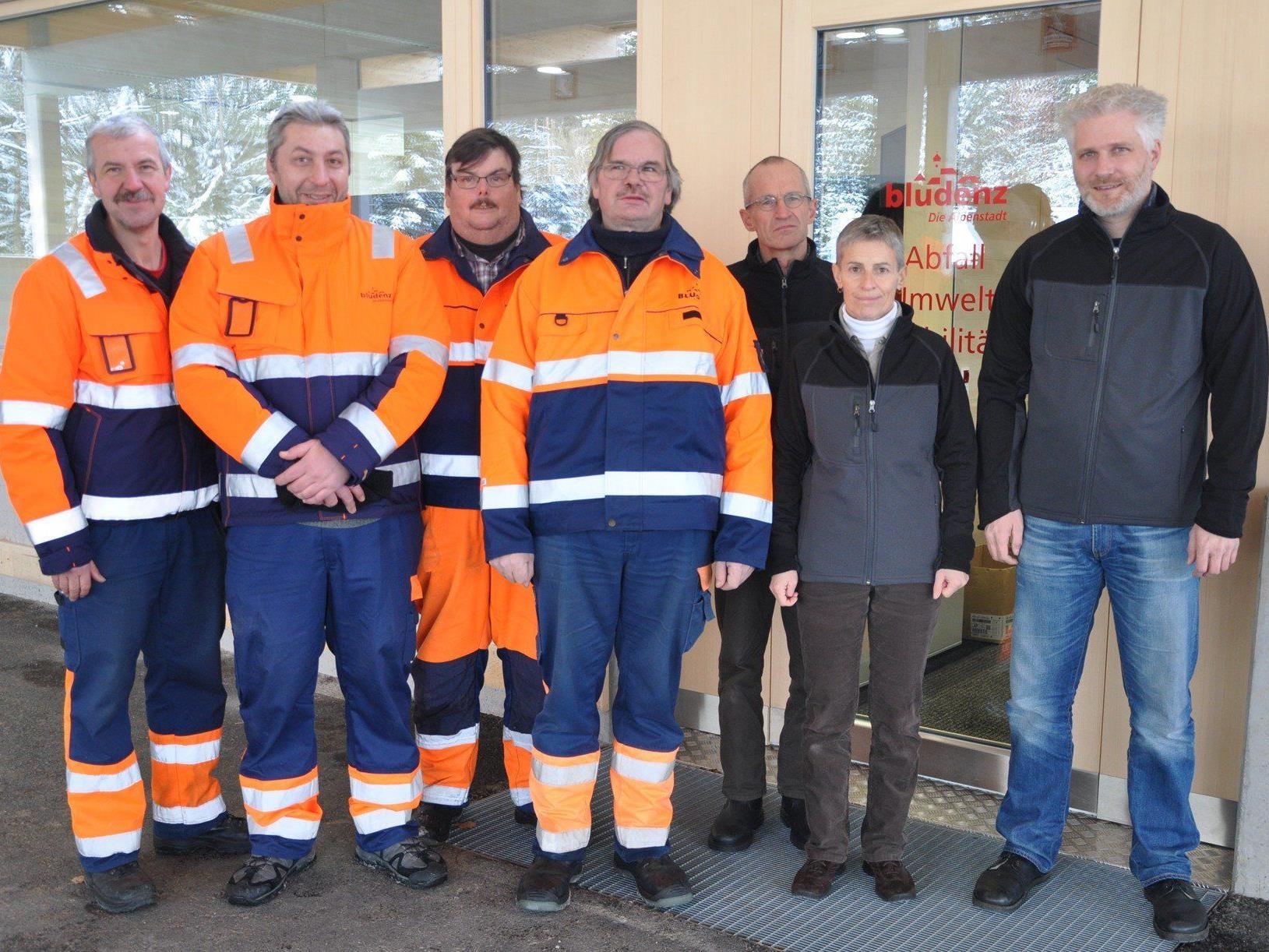 Das ASZ-Team v.l.n.r.: Oswald Simma (Kundenbetreuung), Rusmin Kadric (Kundenbetreuung), Gerhard Gunz (Betreuung Grünmüll), Walter Bertsch (Betreuung Grünmüll), Markus Feuerstein (Verwaltung), Birgit Wallner (Verwaltung), Matthias Mayr (Leitung)
