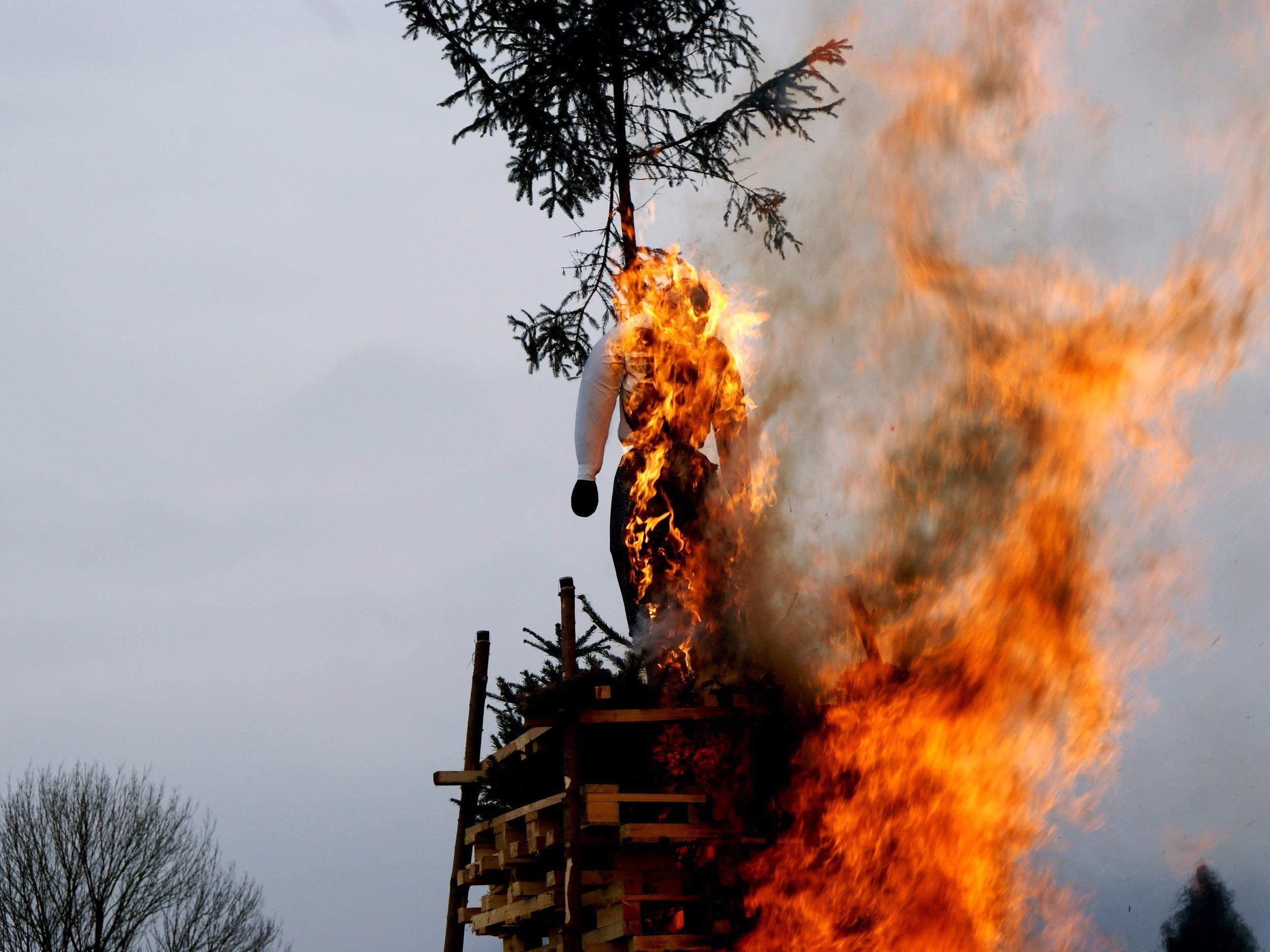 Die lodernden Flammen stiegen in den Himmel