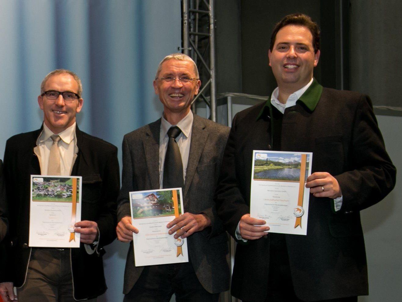 """Martin Netzer (Bürgermeister Gaschurn-Partenen), Markus Felbermayer (Vital-Zentrum Felbermayer) und Manuel Bitschnau (GF Montafon Tourismus) bei der Übergabe der """"zertifizierten"""" Urkunden."""