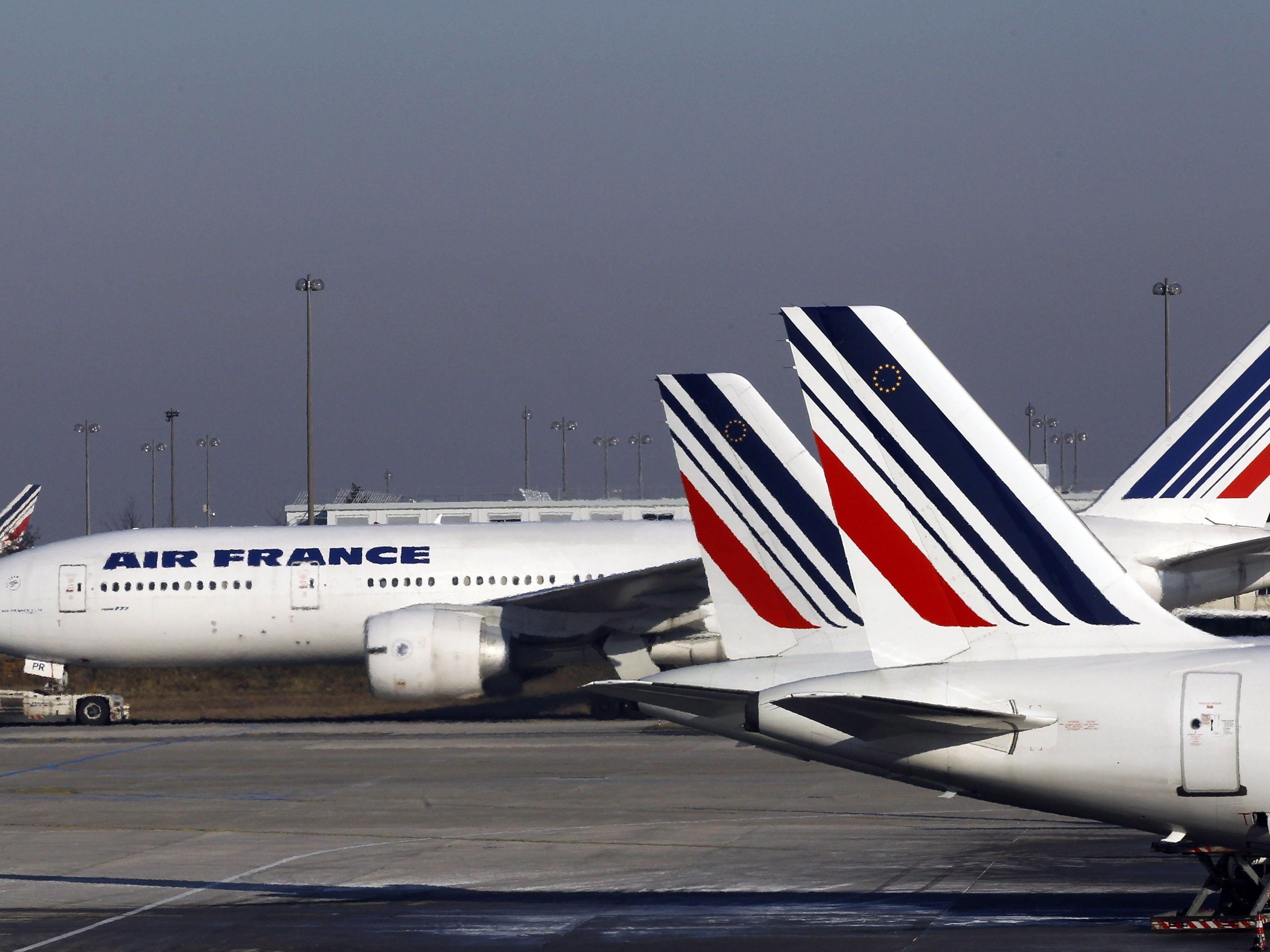 Air-France-Maschine landet vorzeitig in Manchester - Hunderte Passagiere sitzen fest.