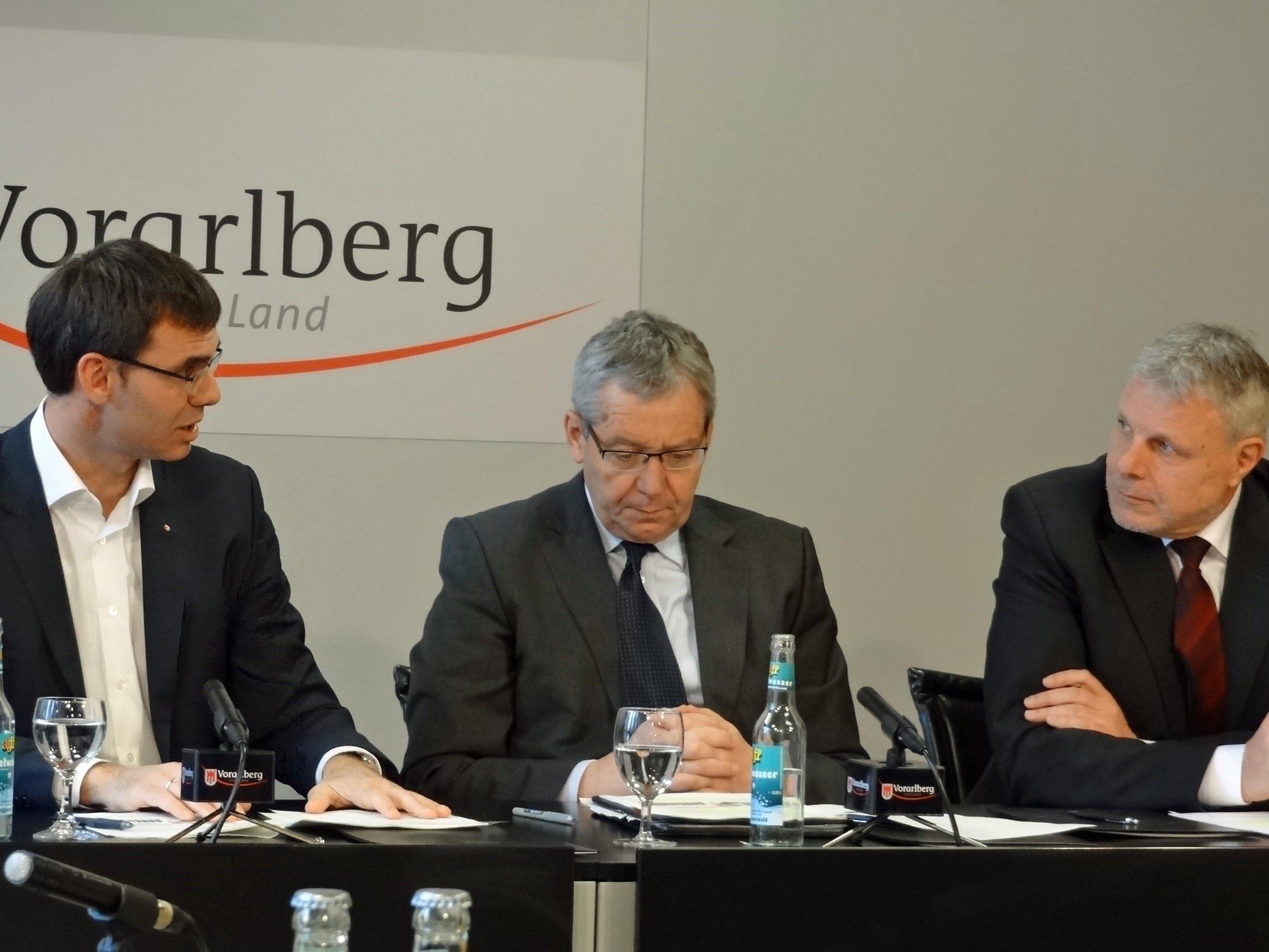LH Wallner, LSth. Rüdisser und AMS-Landeschef Strini unterzeichnen die Vereinbarung über ein gemeinsam finanziertes Beschäftigungspaket.