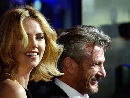 Es wird darüber spekuliert, ob Charlize Theron ihren Lebensgefährten Sean Penn mitbringt.