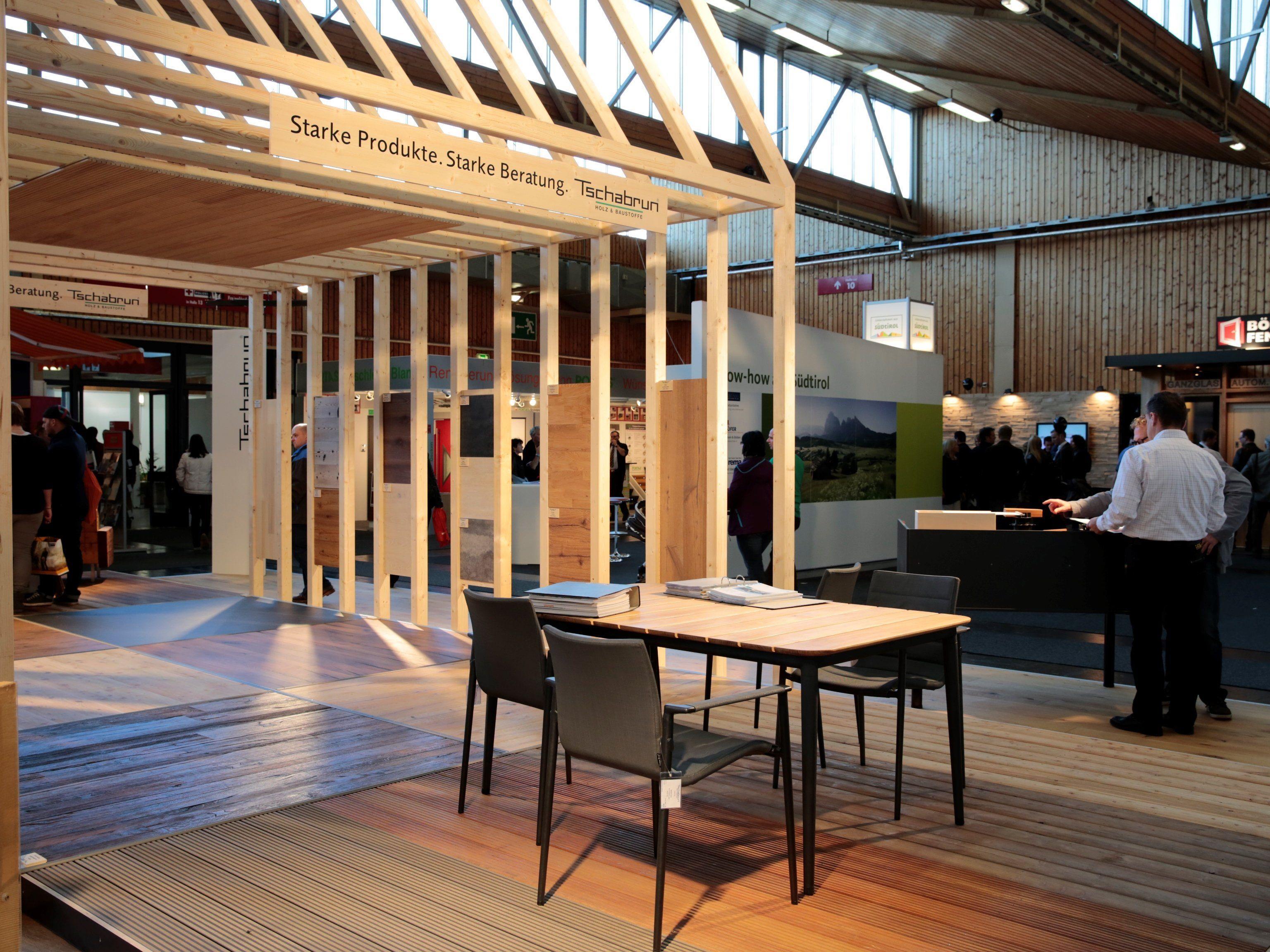 200 Aussteller aus dem In- und Ausland präsentieren alles zu den Themen Architektur, Bauhandwerk, Energie und Immobilien.
