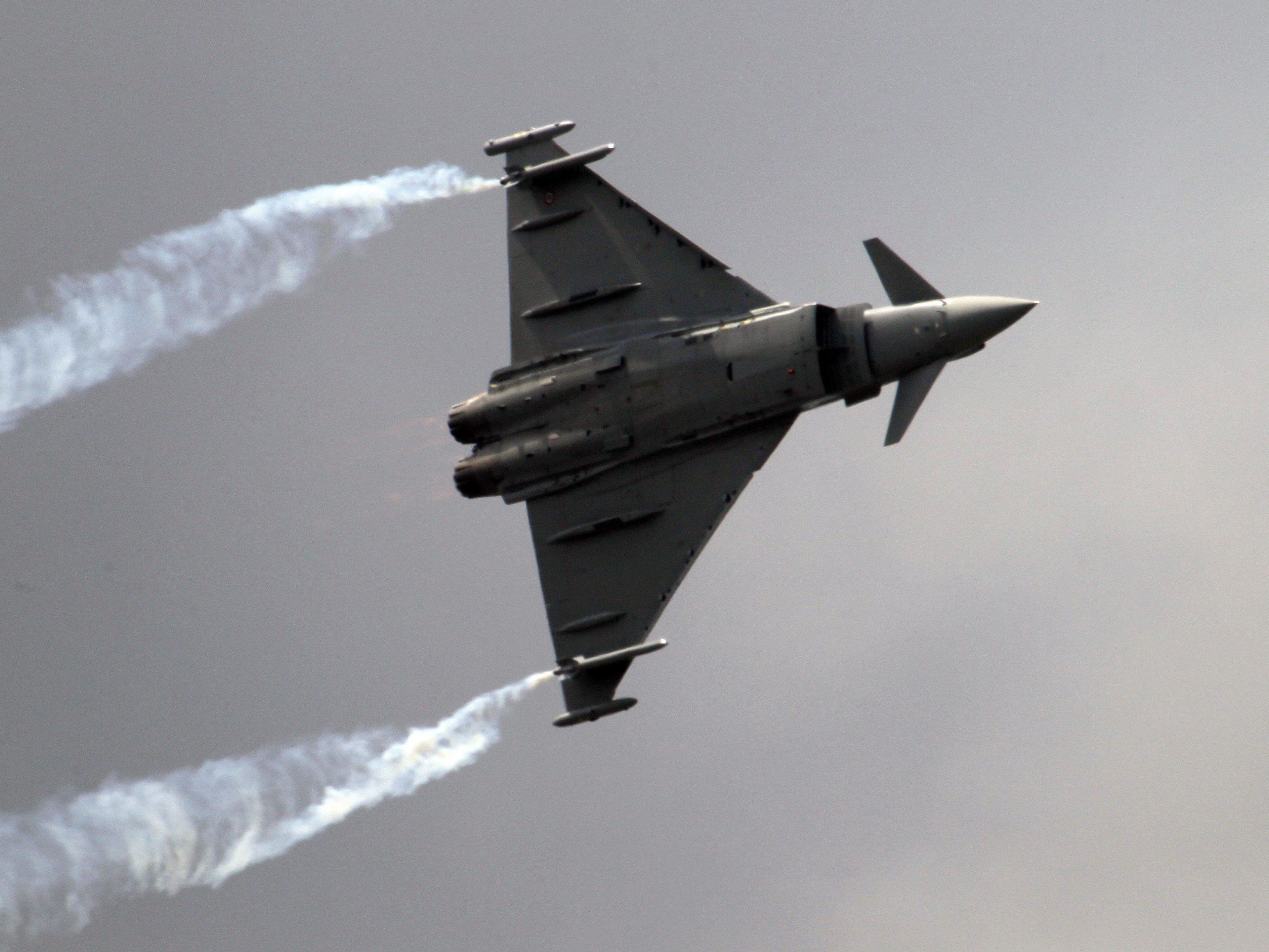 Britische Kampfflugzeuge stiegen auf.