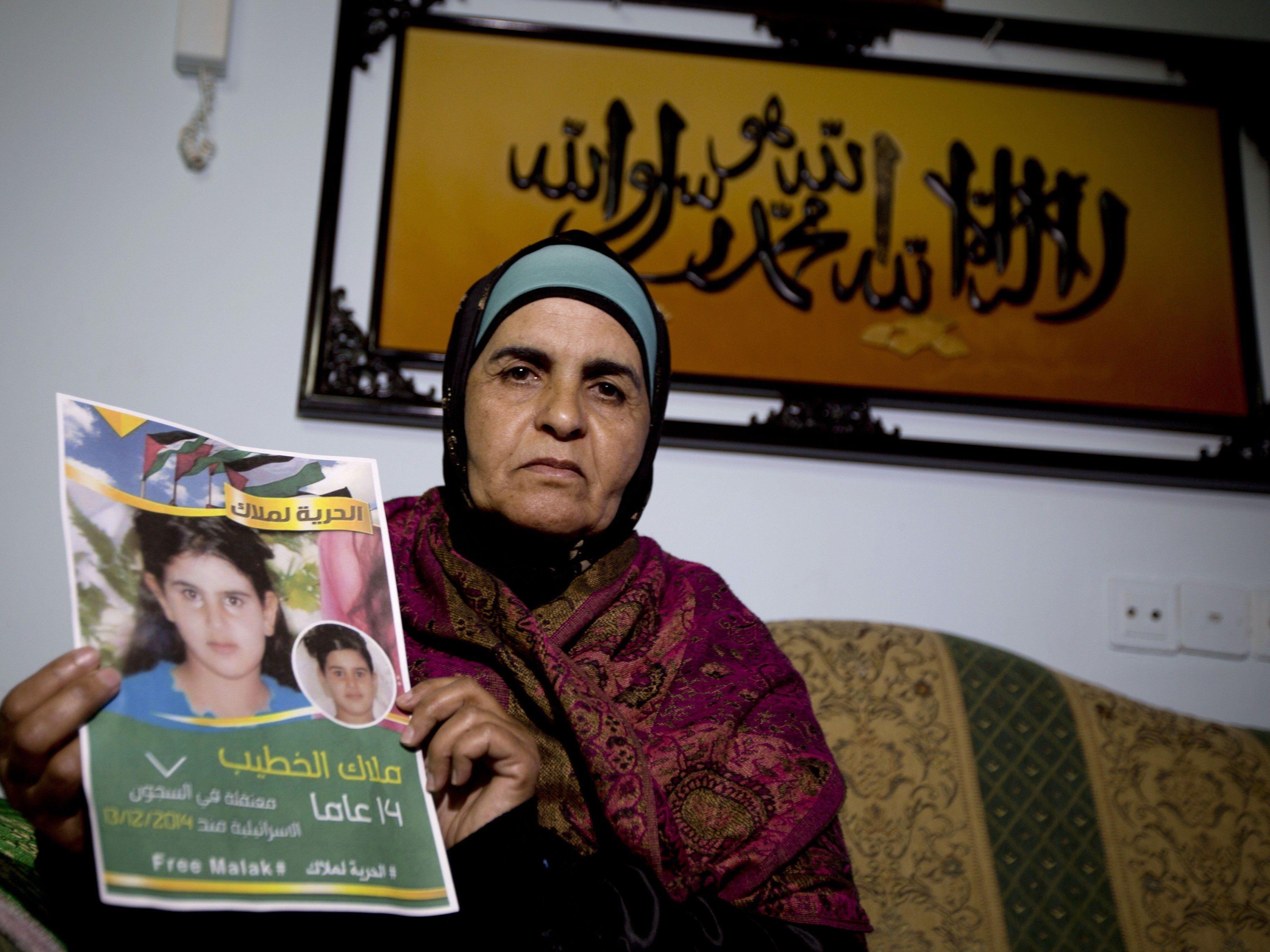 Chaula al-Khatibs Tochter Malak wird in Israel vor ein Militärtribunal gestellt.