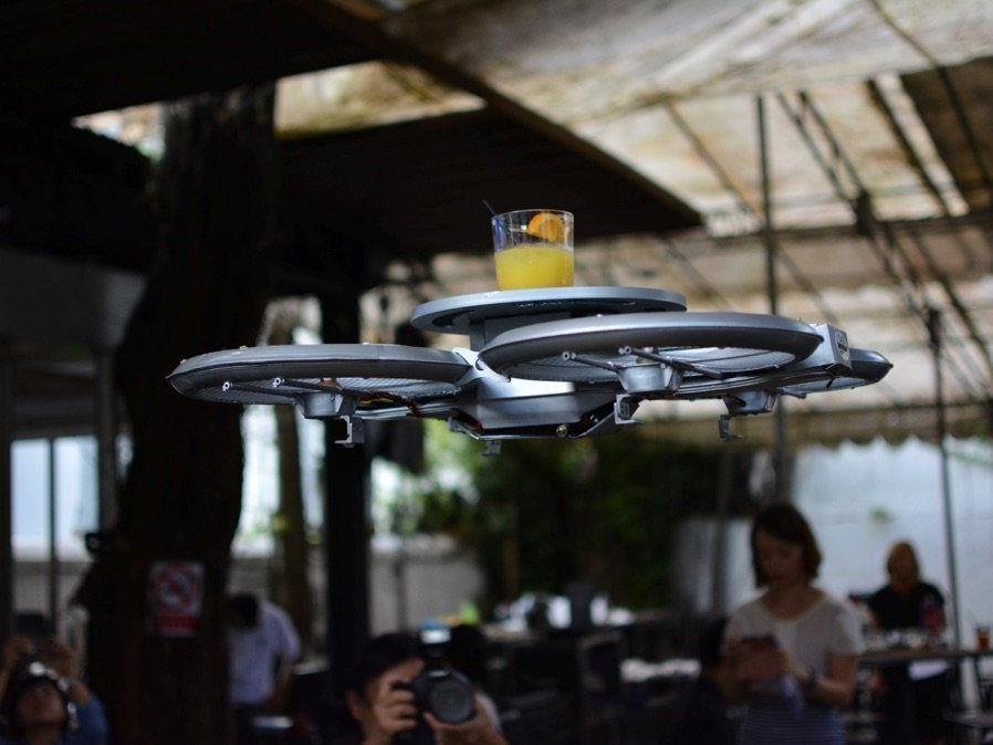 Bald kellnern fliegende Drohnen in Singapur.
