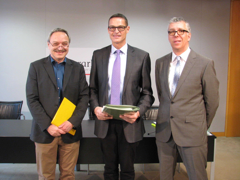 Landesrat Bernhard sowie Dietmar Buhmann und Bernhard Zainer vom Umweltinstitut präsentierten die Bilanz 2014 der amtlichen Lebensmittelkontrolle in Vorarlberg.