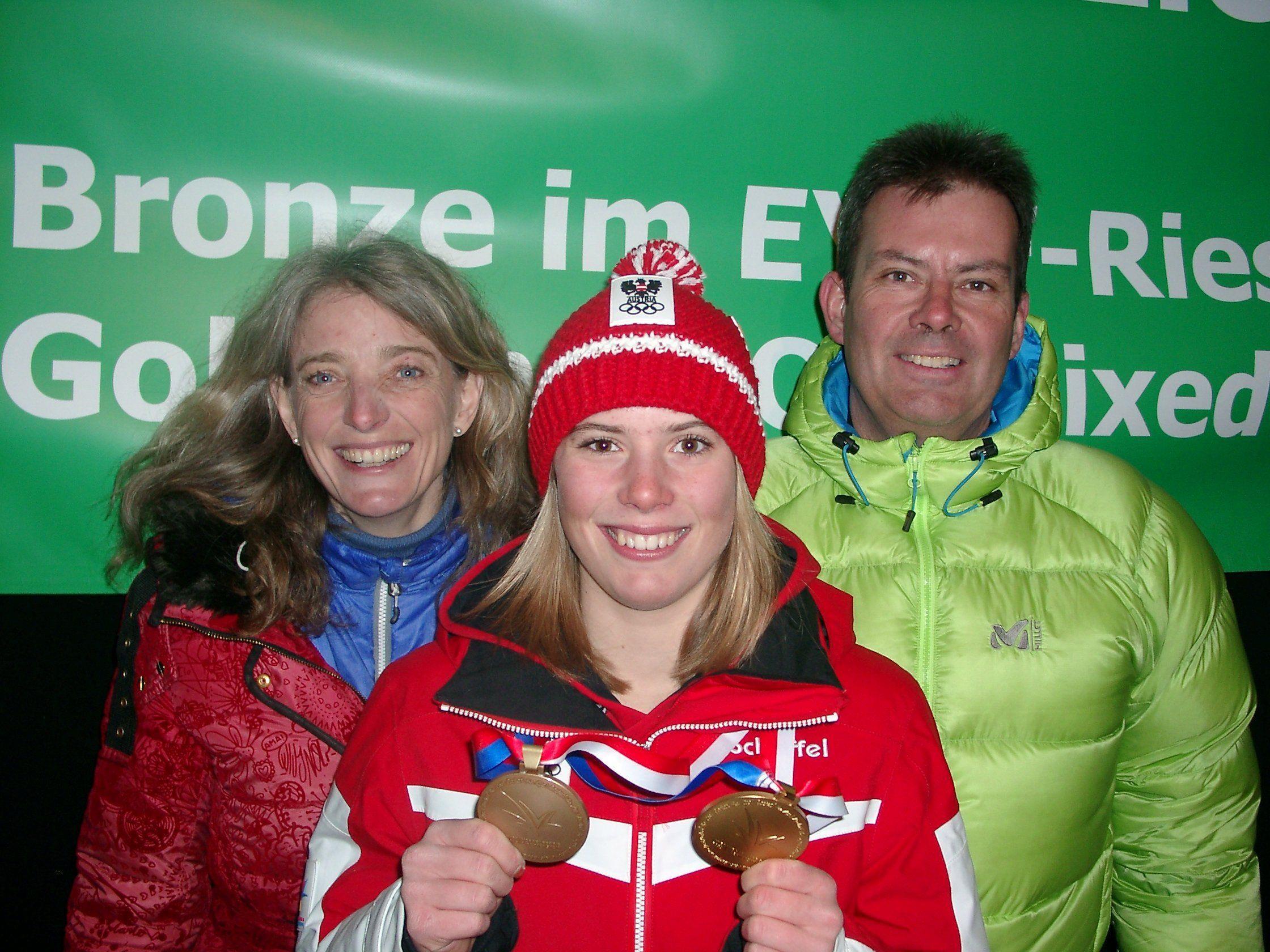 Eltern Thomas und Herlinde Liensberger mit der zweifachen EYOF-Medaillengewinnerin Katharina im Freudentaumel.