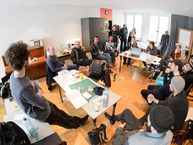 Gast-Jury in der Gruppe poolbar-Architektur: Bernhard Amann, Matthias Amann und Herbert Brunner, die Vertreter der Vorarlberger Holzbau_Kunst, die als Umsetzungspartner der poolbar-Architektur auftritt, diskutierten ausführlich mit den Workshopteilnehmenden und den Workshopleitern Eva Diem und Massimo Nardiello.