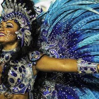 In Rio de Janeiro wird laut und bunt gefeiert.