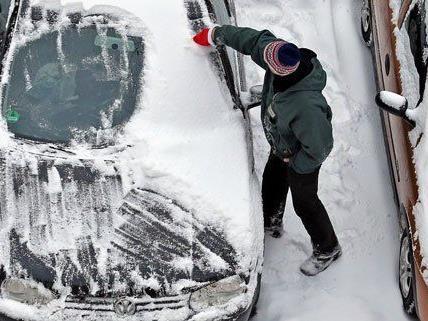 Am Montag mussten viele Autofahrer ihre Fahrzeuge erst einmal vom Schnee befreien.
