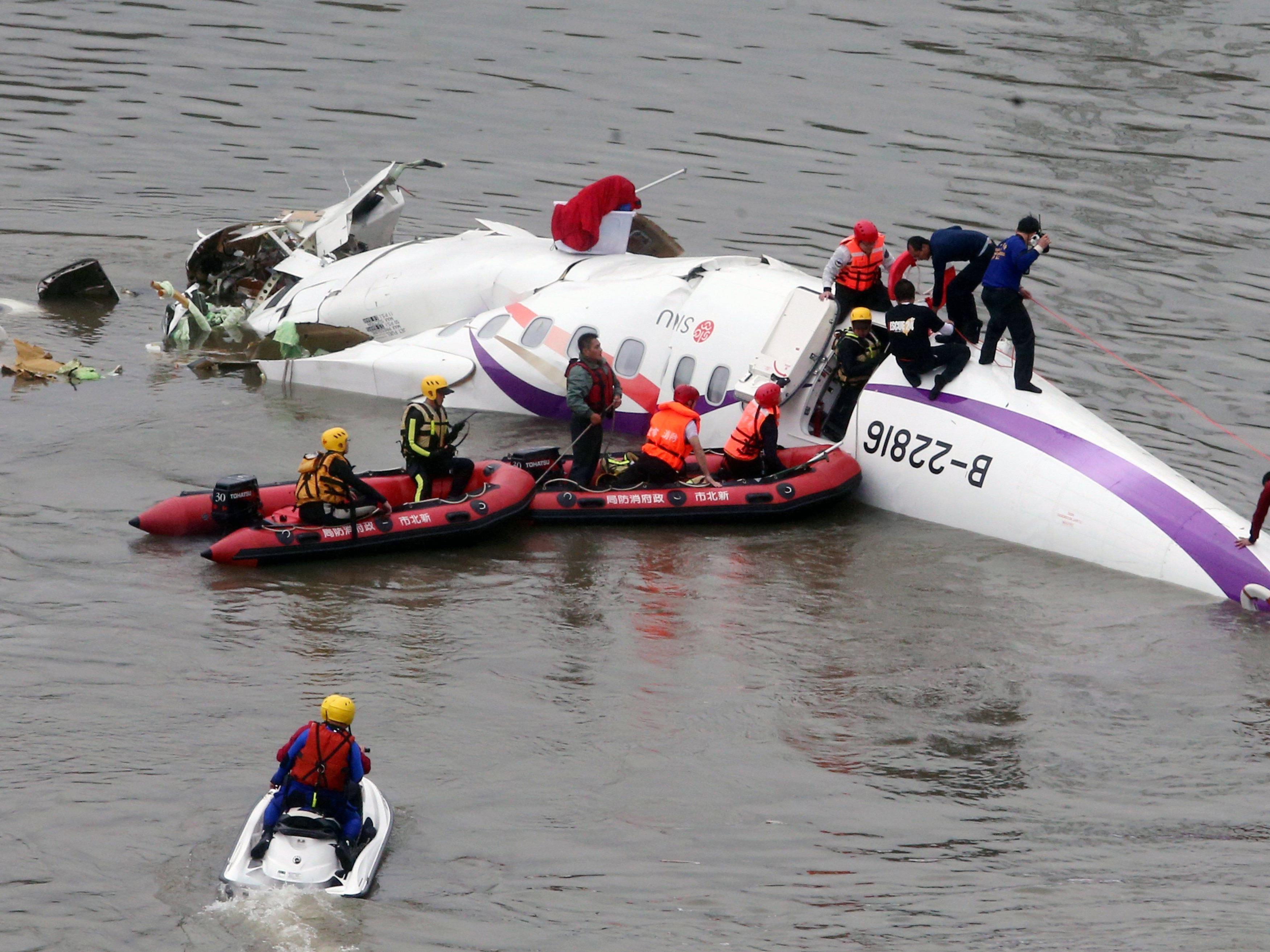 Rettungskräfte auf der Suche nach Opfern im Wrack.