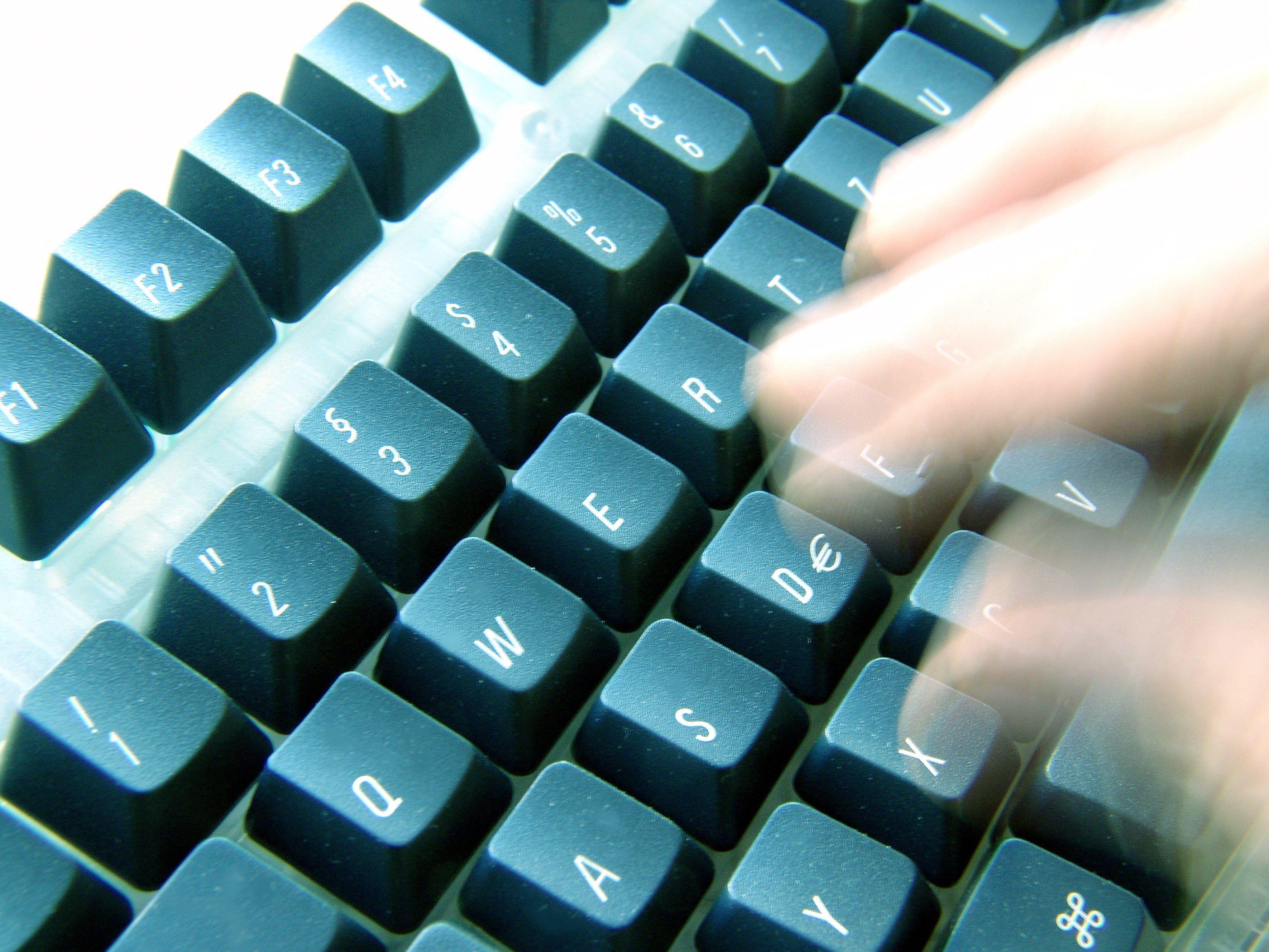 """Mit """"Nicknames"""" per Tastatur ins Internet: Die Justiz wacht auch hier über hetzerische Äußerungen."""