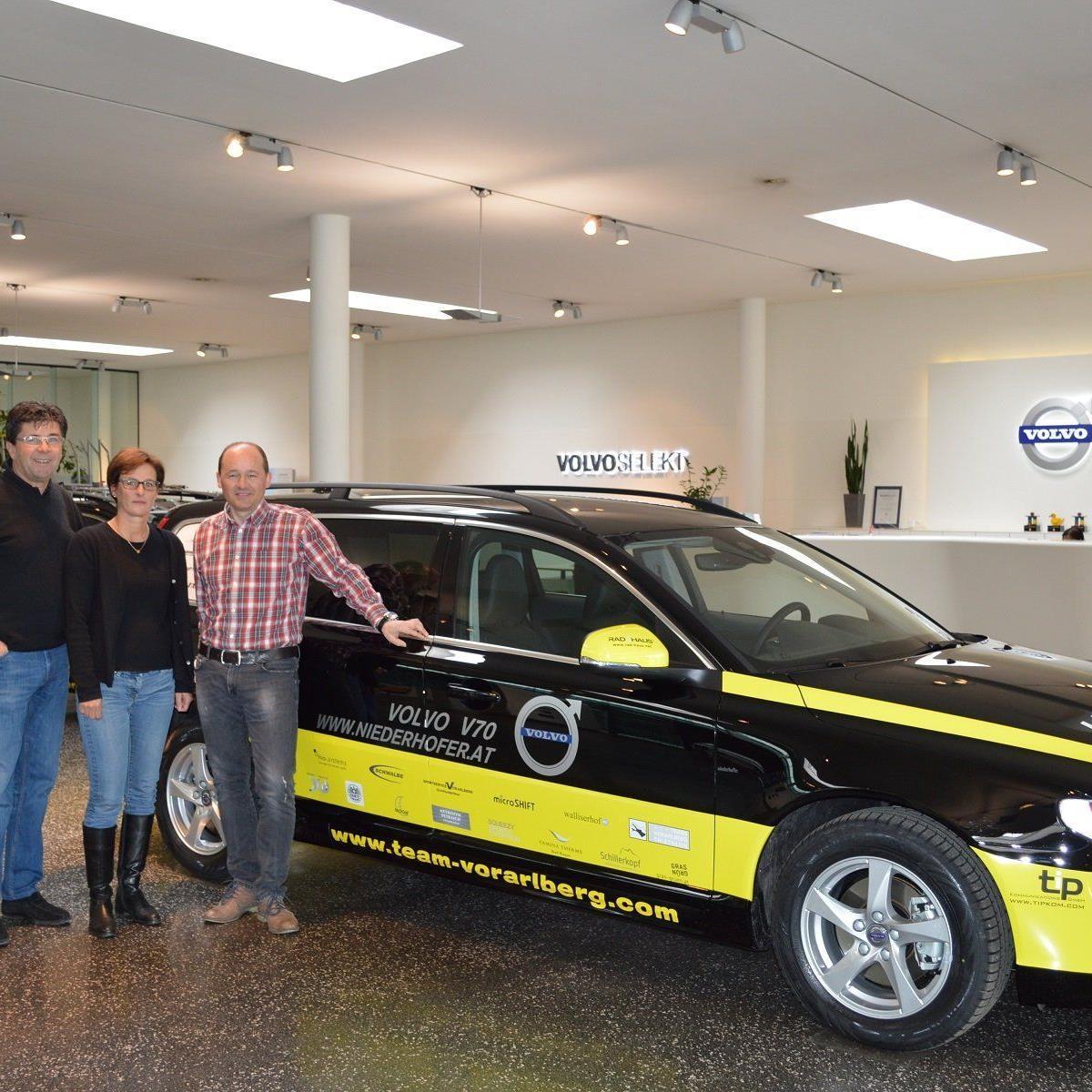 Das Autohaus Niederhofer mit Sabine Wolf und Wolfgang Rother übergeben die PKW an Tom Kofler.