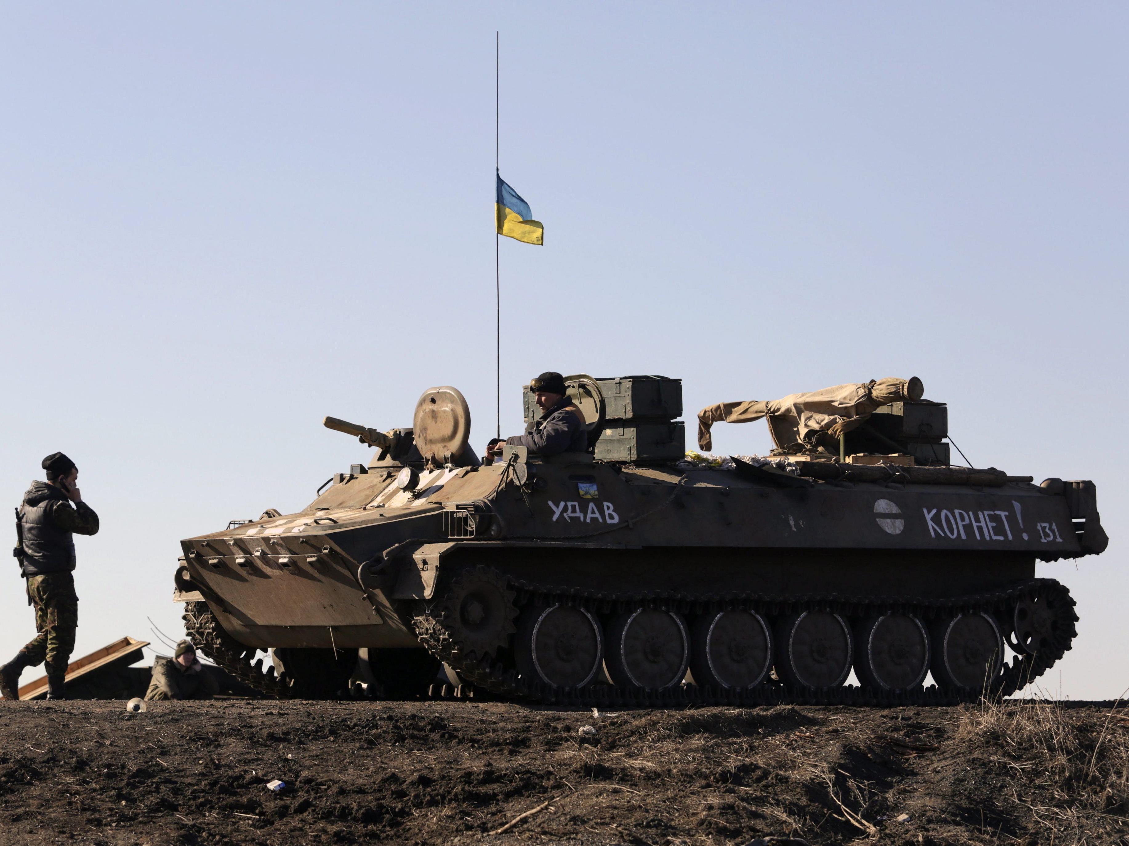 Die Ukraine stoppt den Abzug ihrer schweren Waffen, da die Separatisten damit hinter dem Zeitplan liegen.