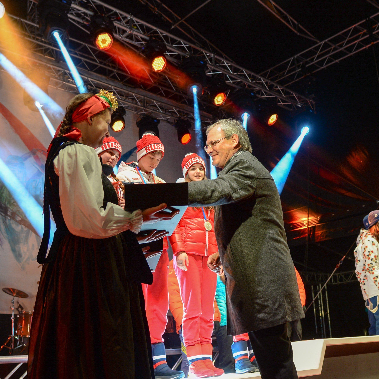Landtagspräsident Harald Sonderegger überreichte Medaillen am Schrunser Dorfplatz.