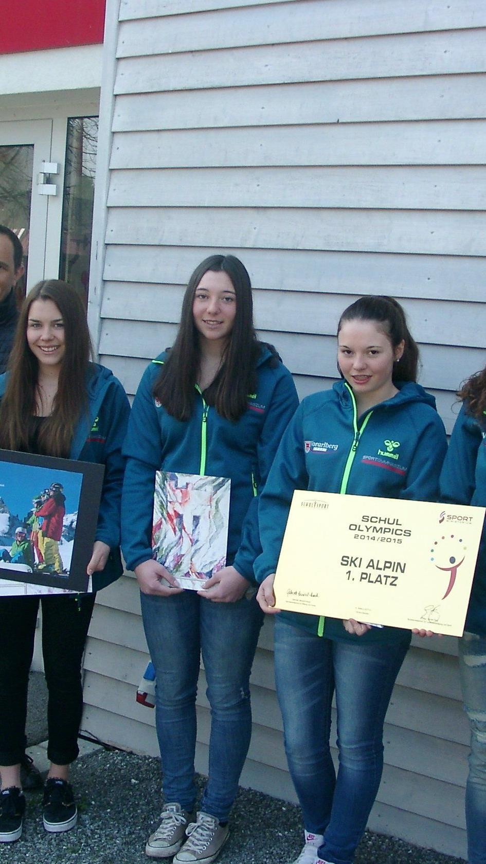 Conny Berchtold und Hannes Jochum gratulierten den fünf Schülerinnen zur Goldmedaille.