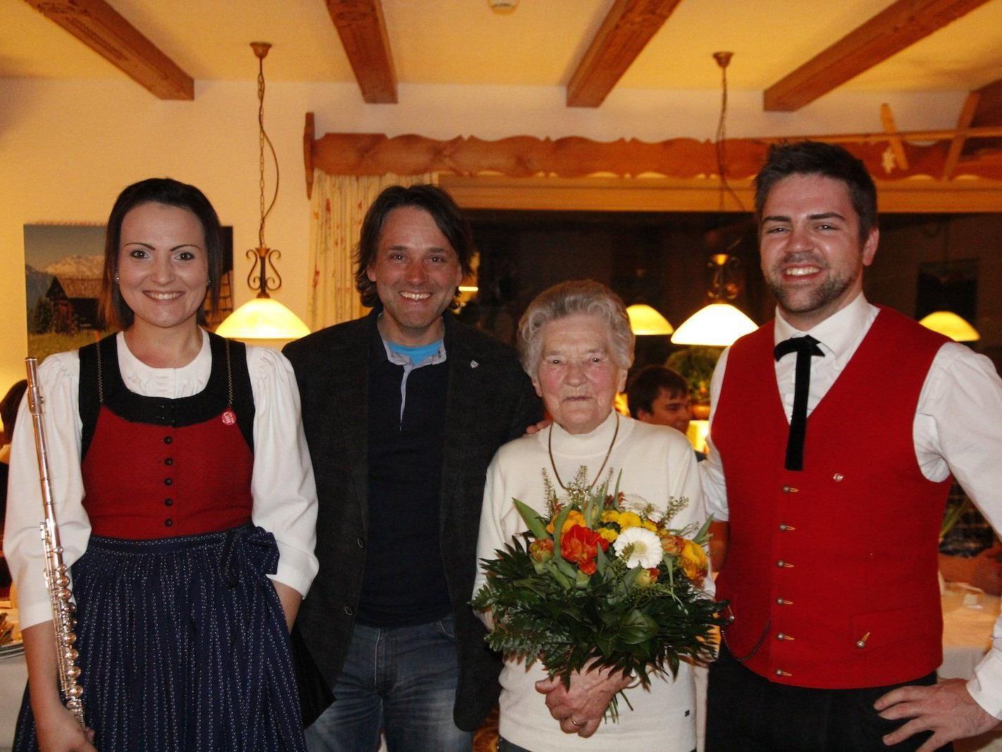 V.l. Obfrau Jasmin Bargehr, Bürgermeister Thomas Zudrell, Jubilarin Borgi Dönz, Obmann Patrick Zudrell