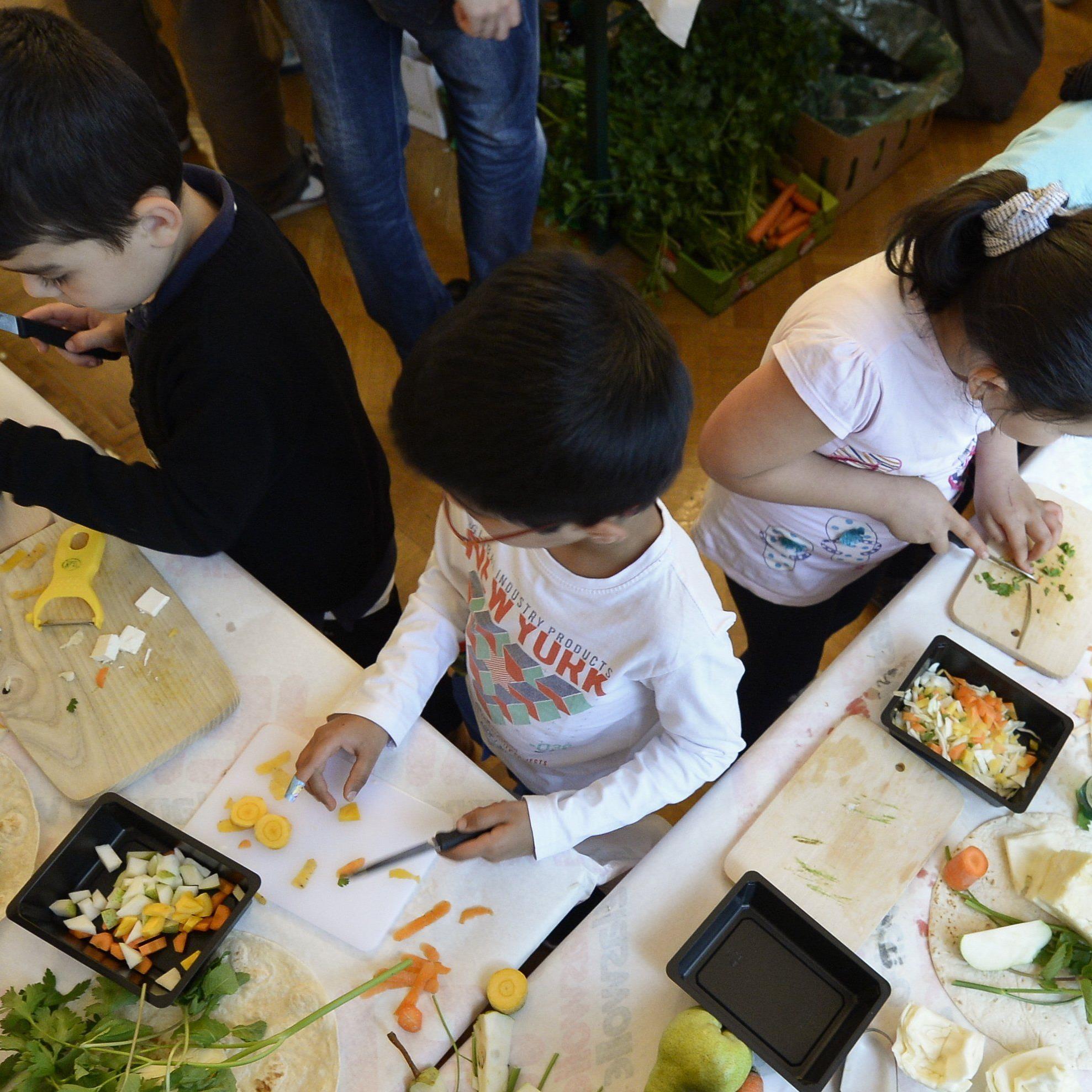 In England wird Kindern unter 14 Jahren Kochen unterrichtet.