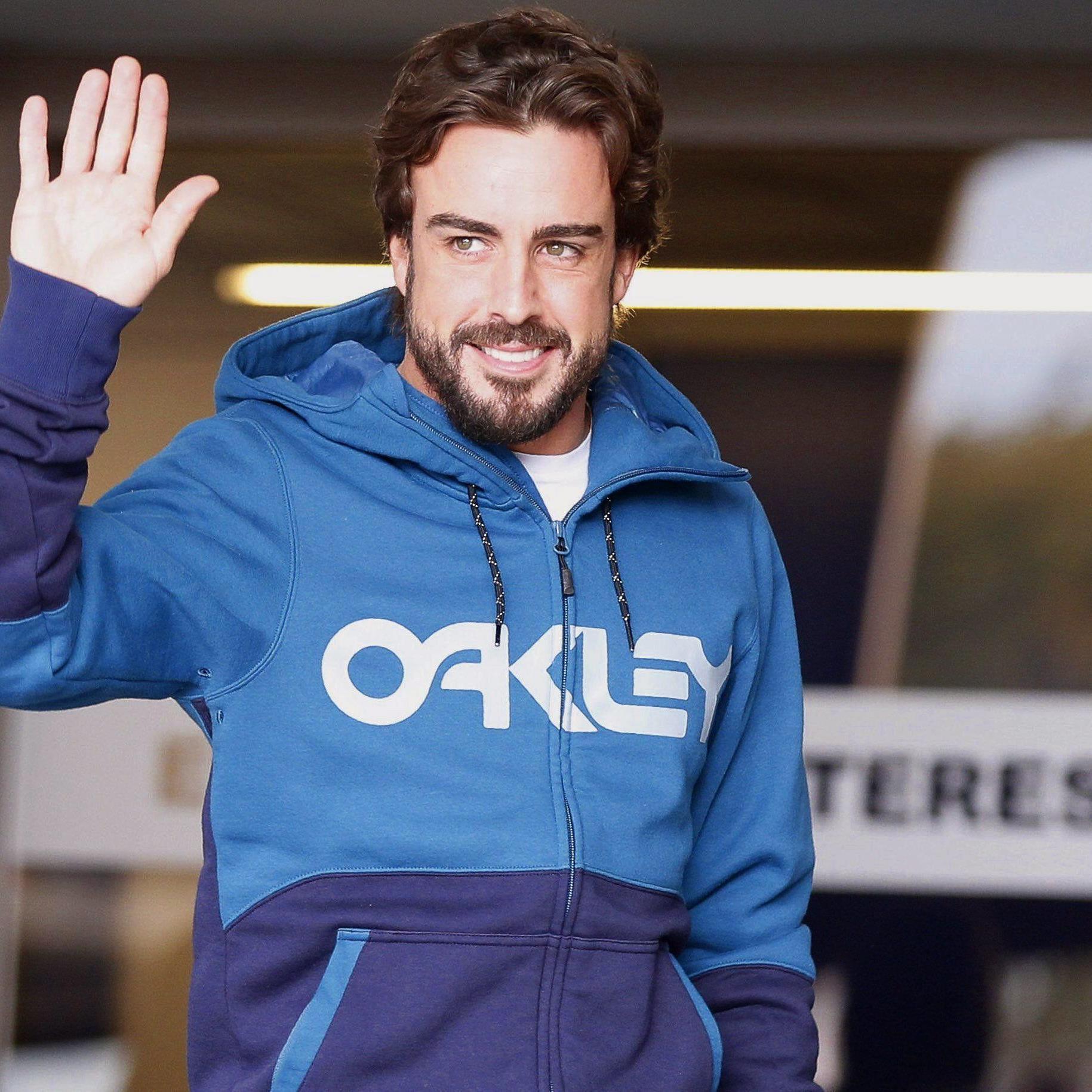 Alonso beim Verlassen des Krankenhauses in Barcelona.
