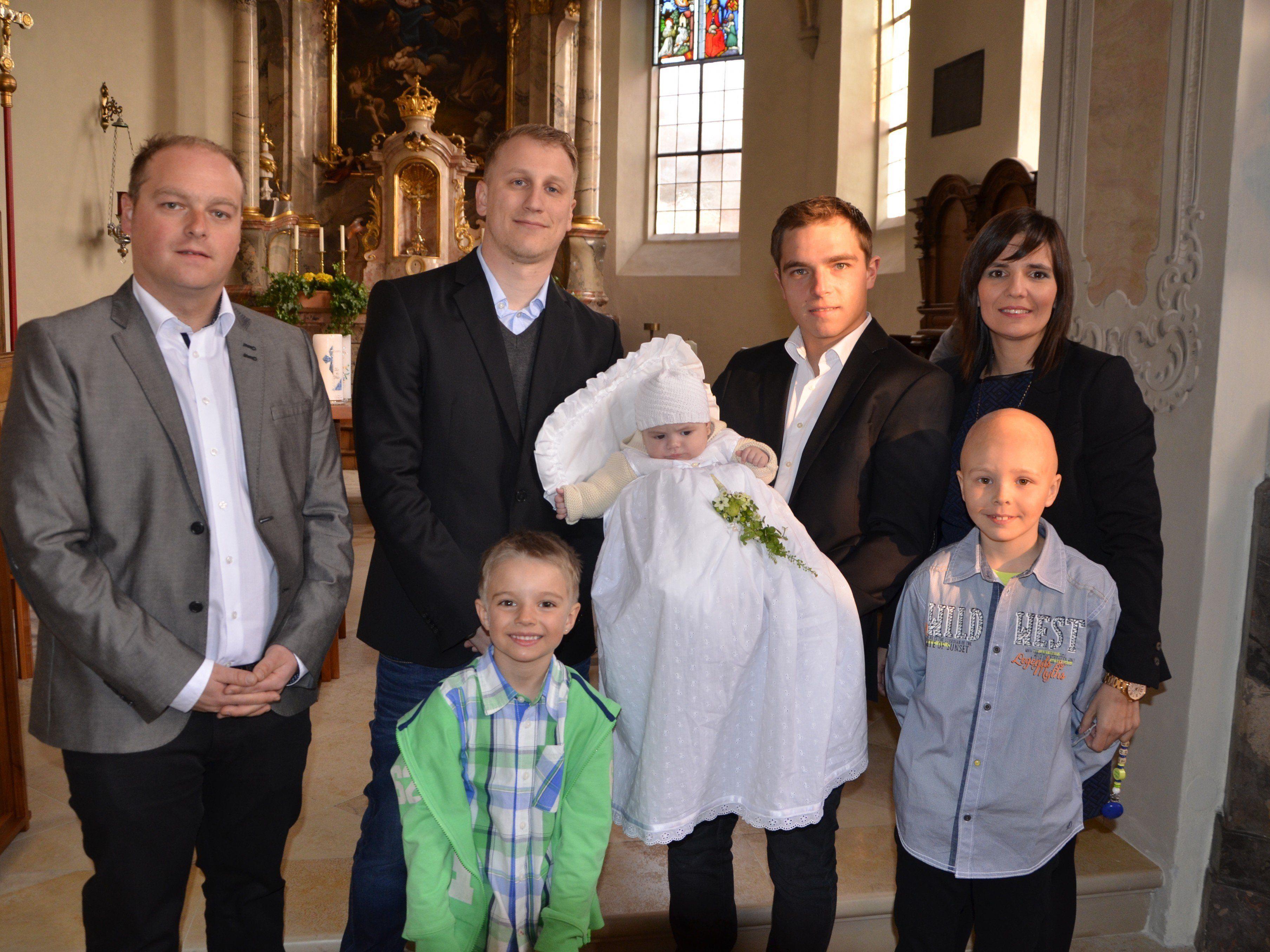 Theo Benedikt Kaufmann wurde von Pfarrer Cristinel Dobos getauft