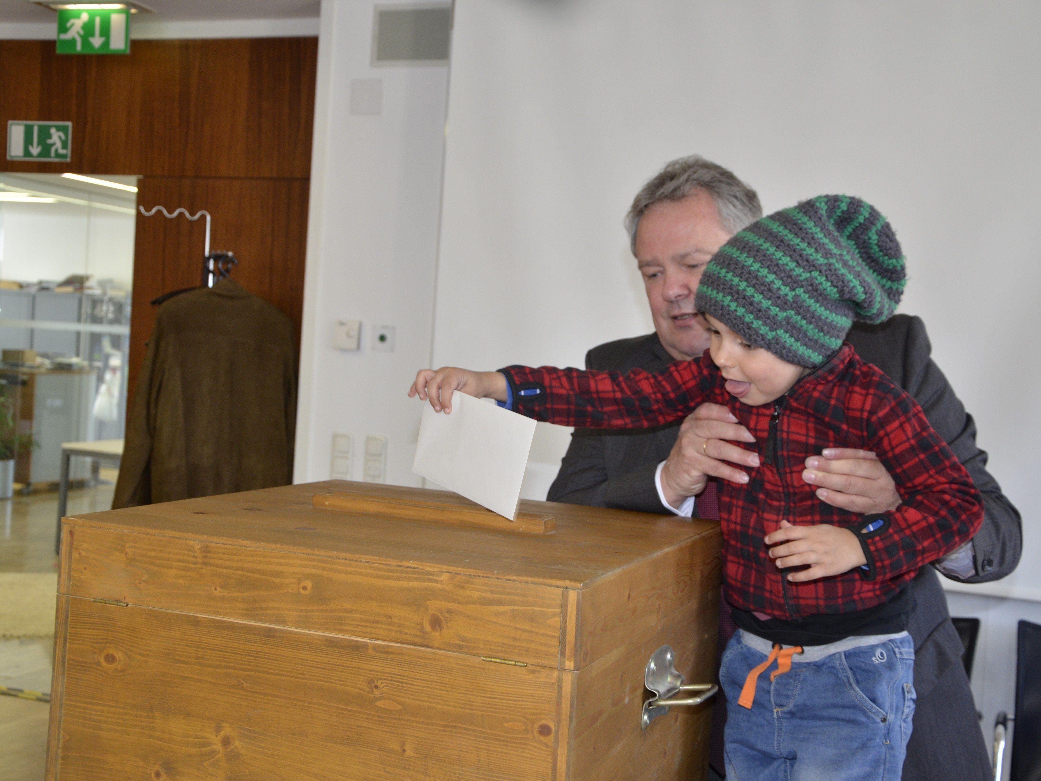 Bürgermeister Wutschitz hieft den Youngster zur Wahlurne!
