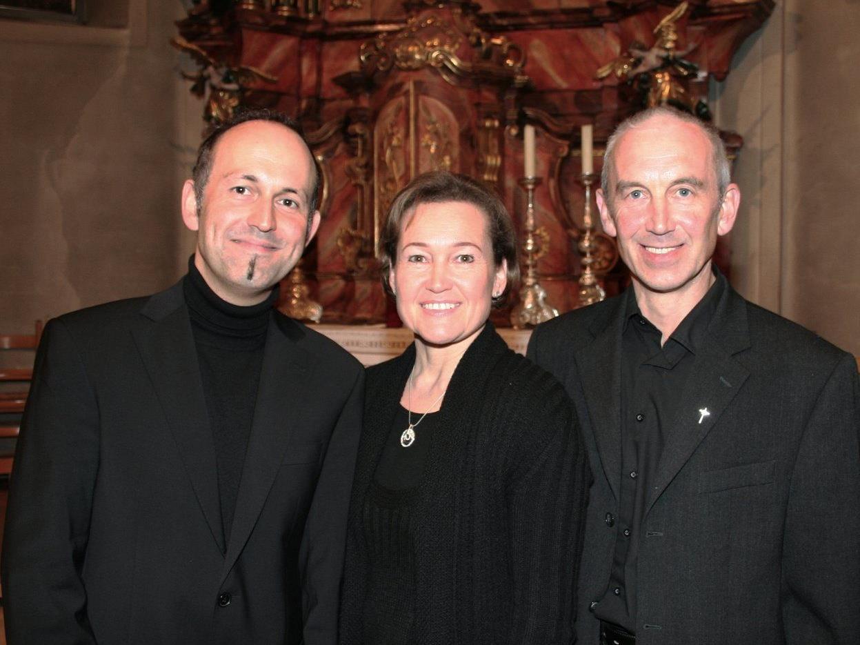 Benjamin Lack, Birgit Plankel und Pfarrer Paul Burtscher laden zum Kirchenkonzert.