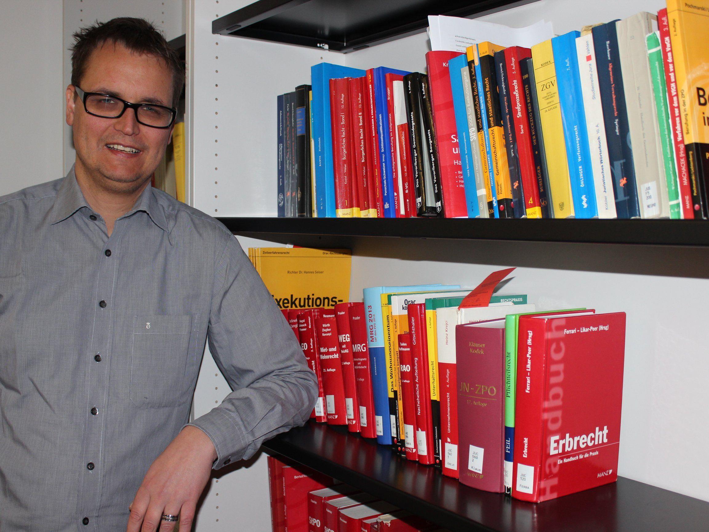 Dr. Ulrich Willi in seiner Rechtsanwaltskanzlei in Egg.