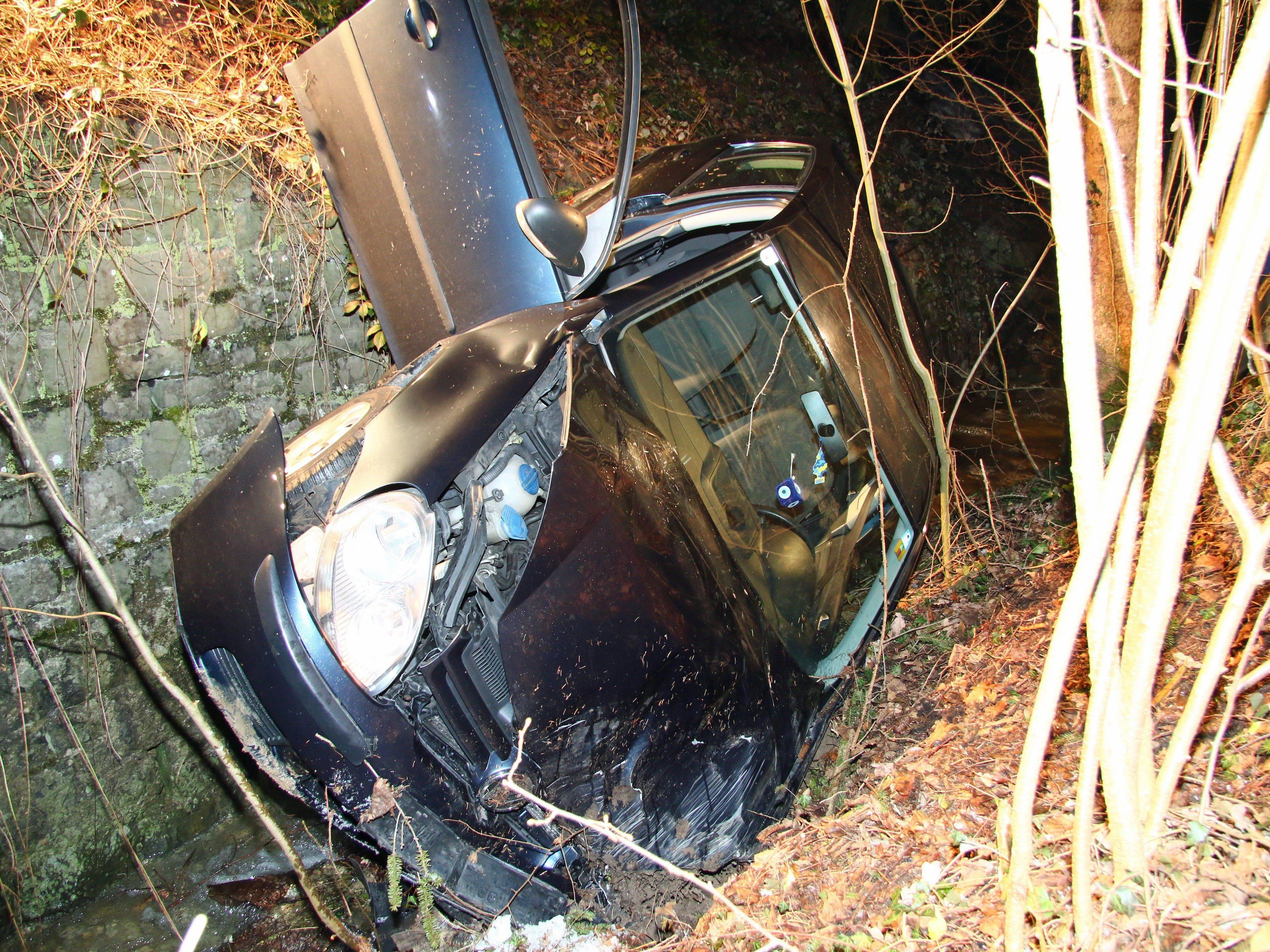 Pkw-Lenkerin fuhr in Rechtskurve geradeaus und landete in Bachbett.