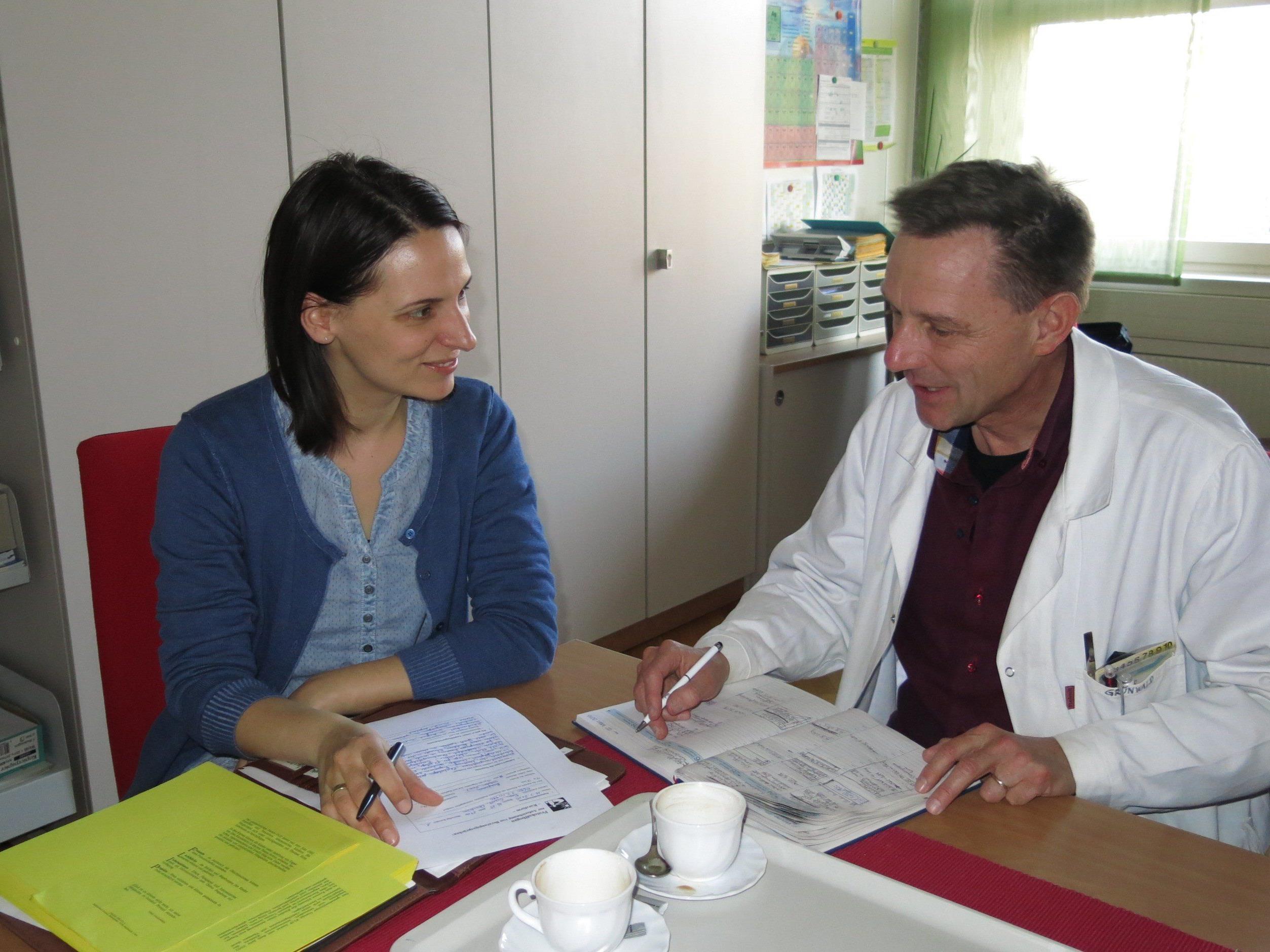 Kindergartenpädagogin Bettina Waibel und Dr. Michael Grünwald (HTL) besprechen das Kursangebot