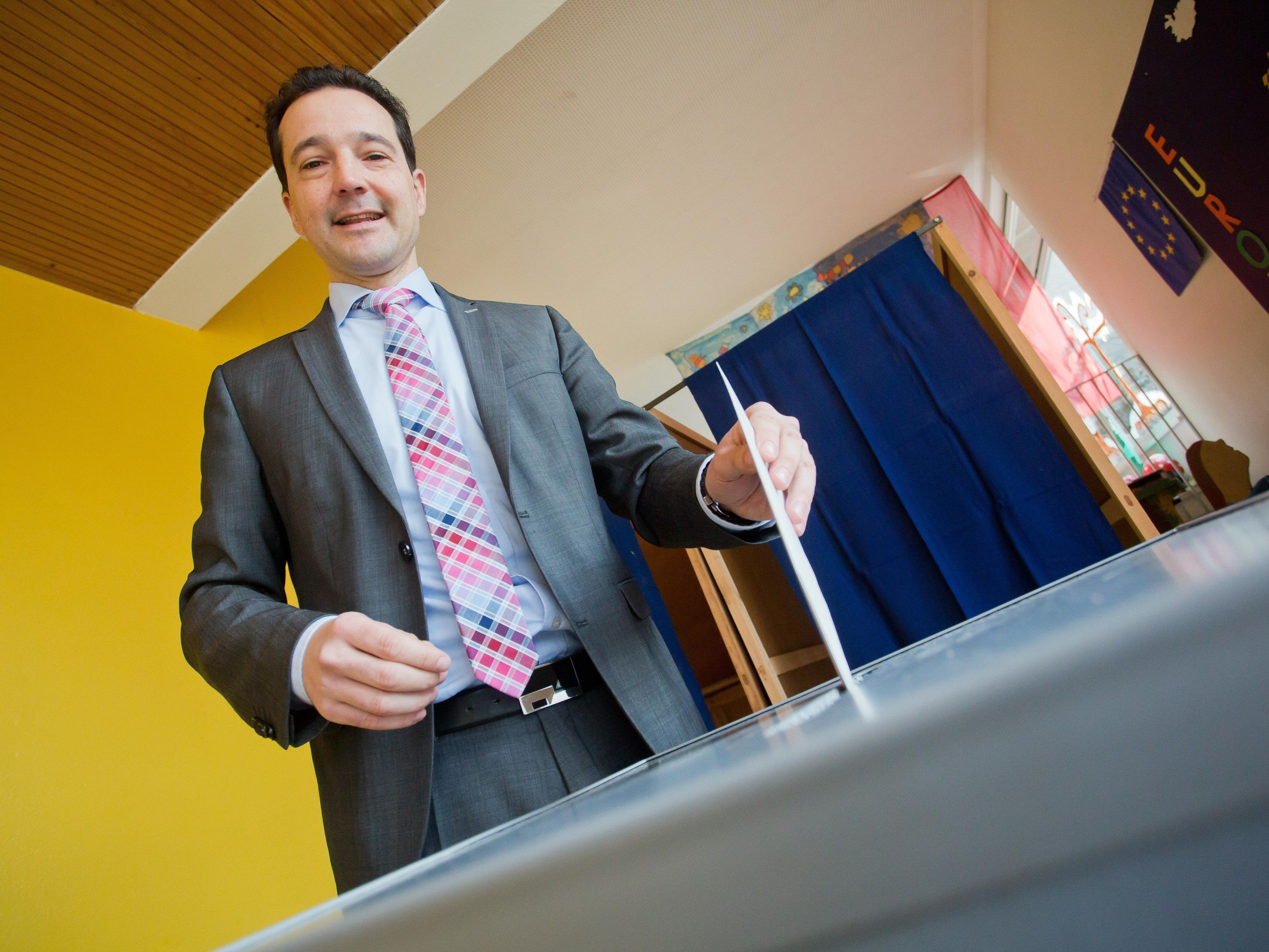 Gerald Loacker von den NEOS bei der Stimmabgabe am Sonntag Vormittag.