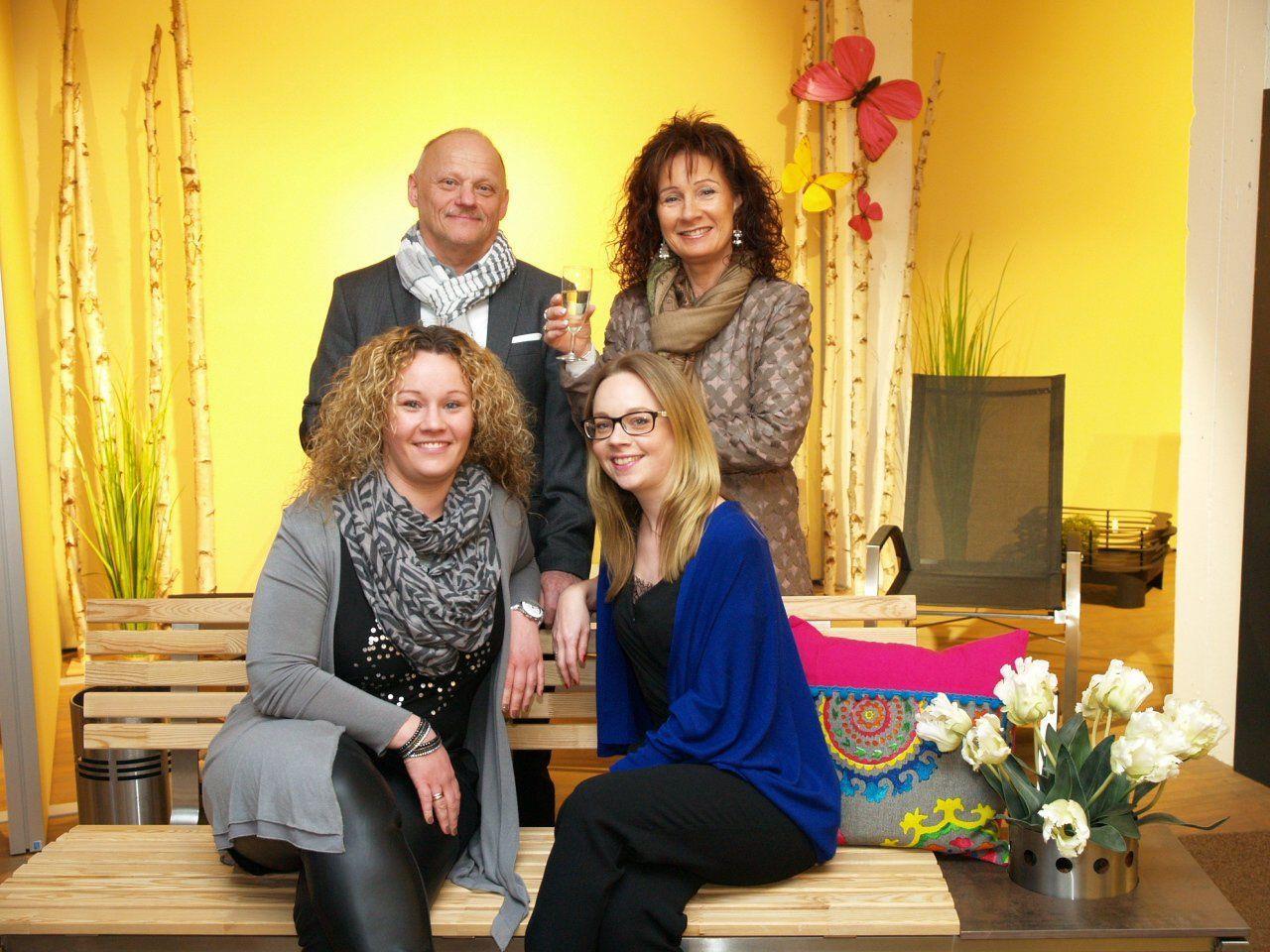 """Doris und Reinhard Kopf mit den Töchtern Jennifer und Alexandra Kopf - Mayer auf dem """"Bänkle"""" bei der Frühjahrsausstellung"""