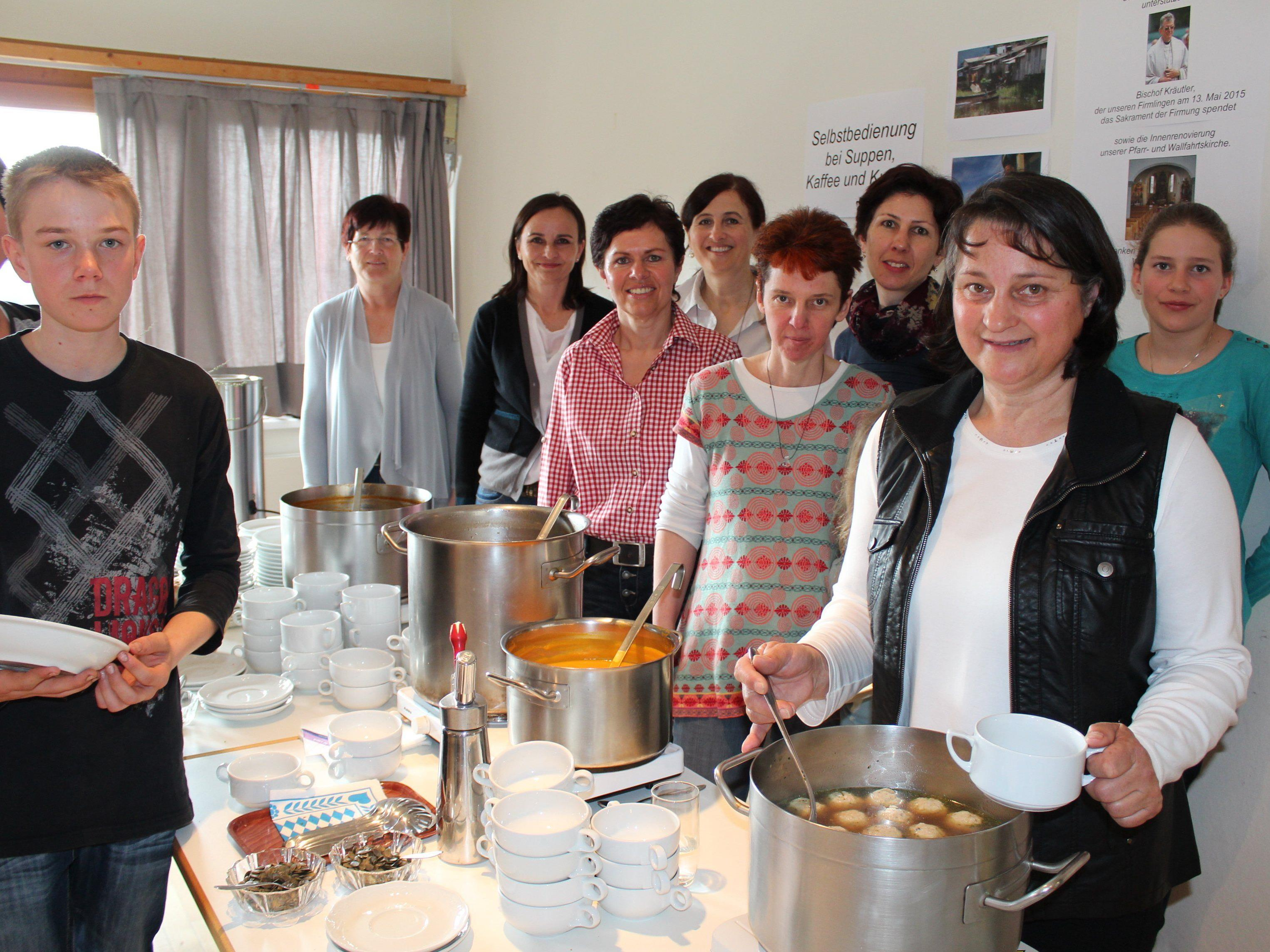 Das Team vom Pfarrgemeinderat servierte verschiedene Suppen und Kuchen.