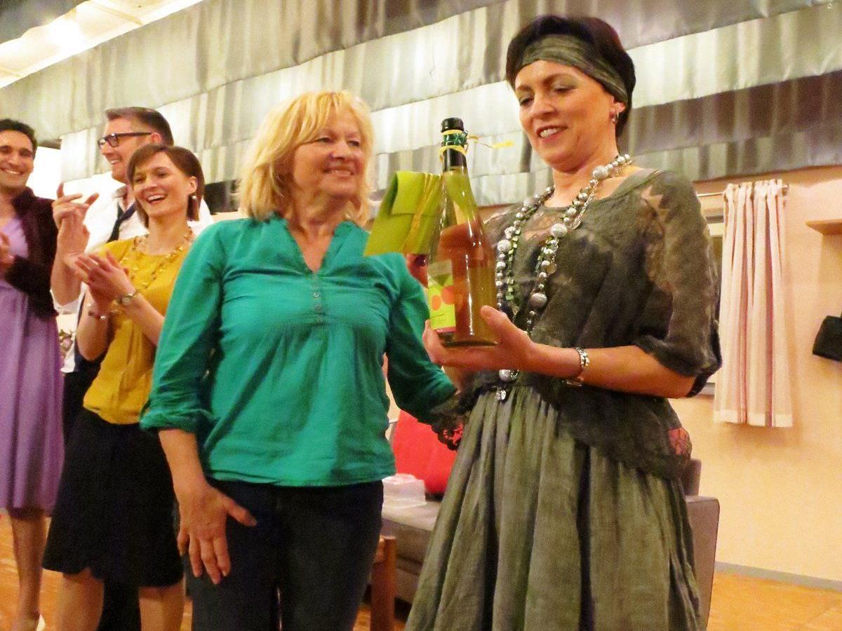 Gertrud Schütz (l.) überreicht Erna Gieselbrecht, Obfrau des Theatervereins Hohenweiler, als Dankeschön einen Gutschein für eine Sunnahof-Führung inkl. Kaffee und Kuchen.