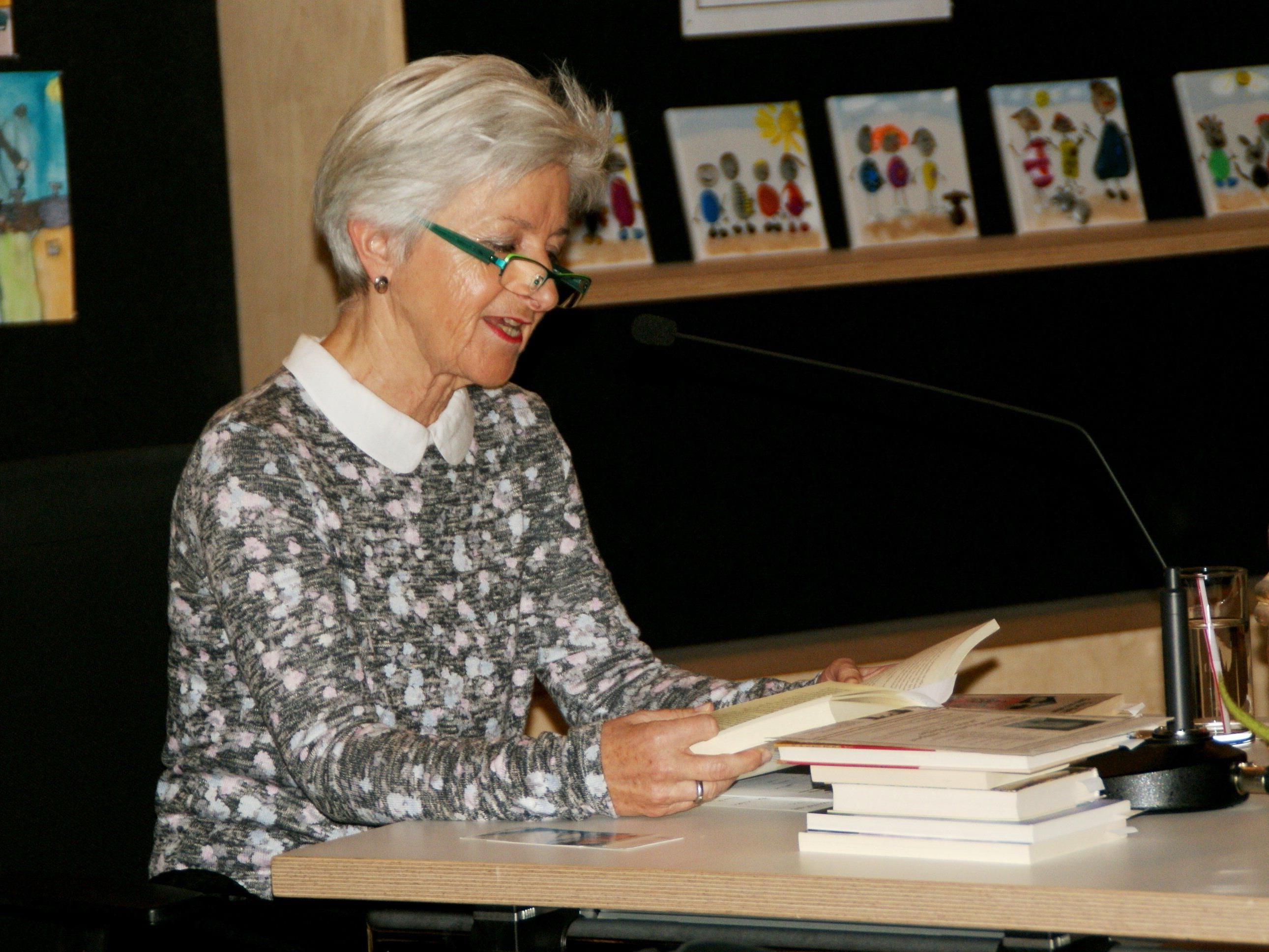 Bernarda Gisinger las Geschichten zum Lächeln und Weinen