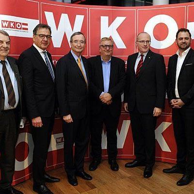 Ergebnis der WK-Wahl wurde präsentiert: v.l.n.r Richard Schenz, Matthias Krenn (RfW), Christoph Leitl (ÖVP), Christoph Matznetter (SWV), Volker Plass (Grüne) und Markus Ornig (NEOS)