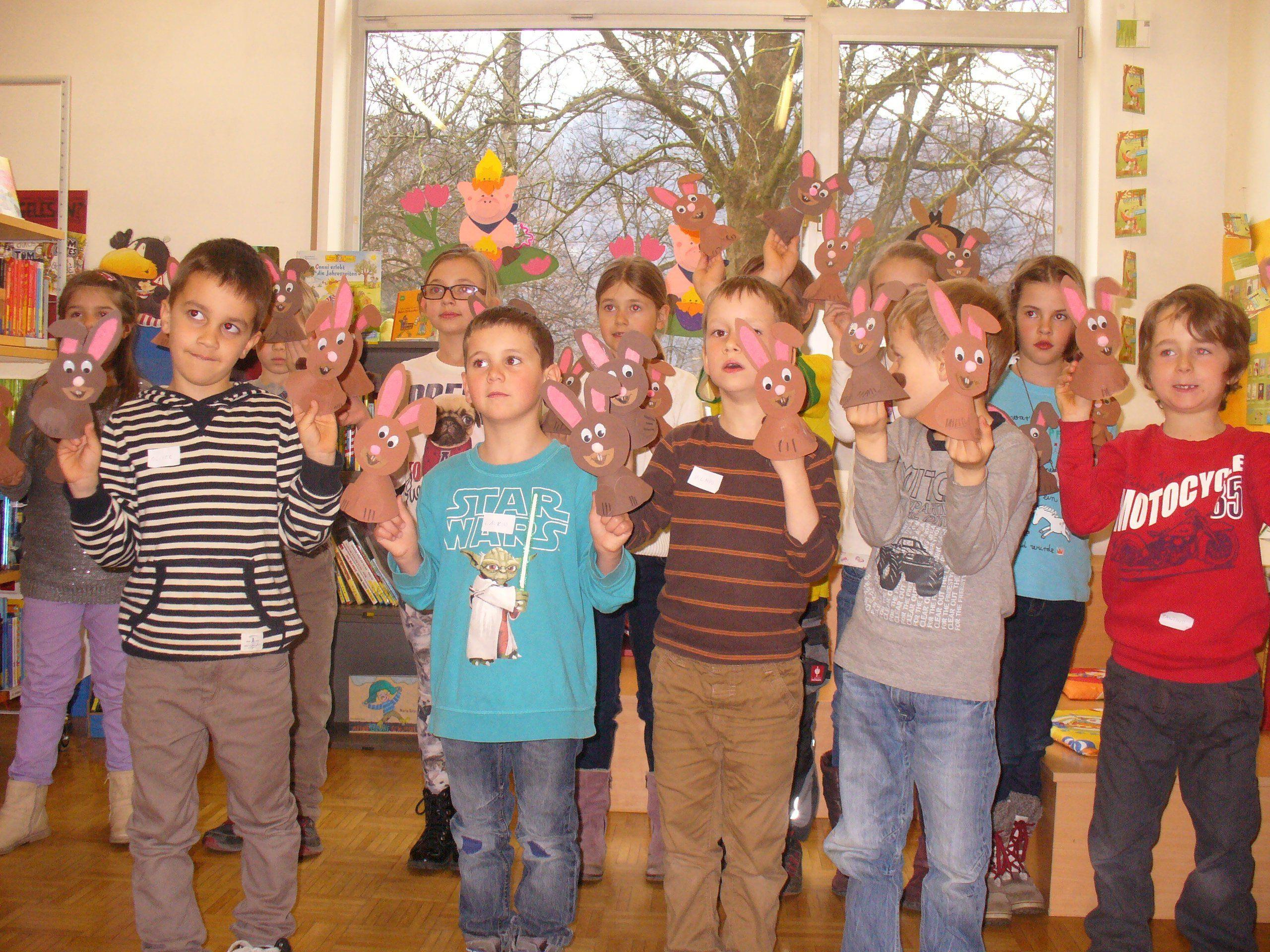 Die Kinder beim Osterbasteln