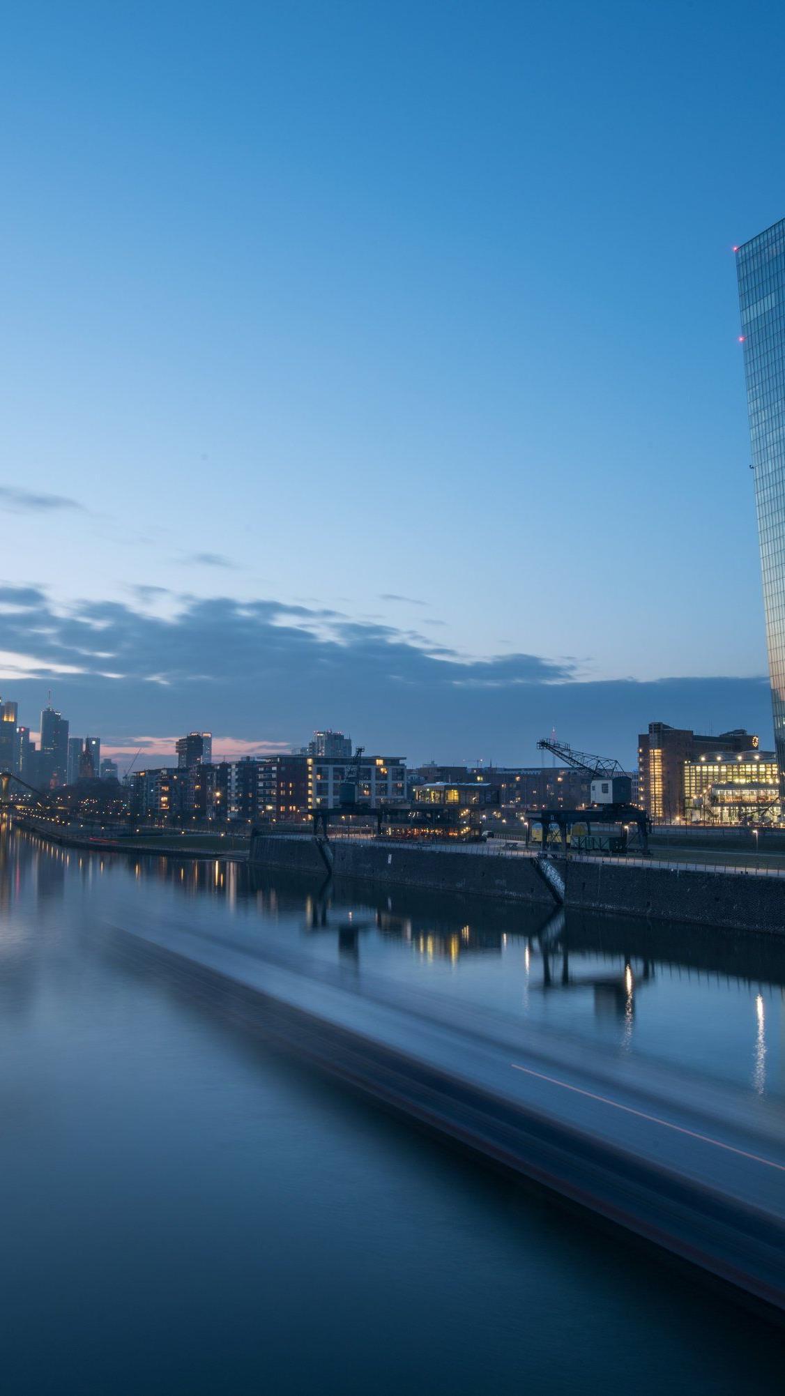 Das schöne Licht der blauen Stunde in Frankfurt täuscht: Der Euro schwächelt wie seit 2003 nicht mehr.