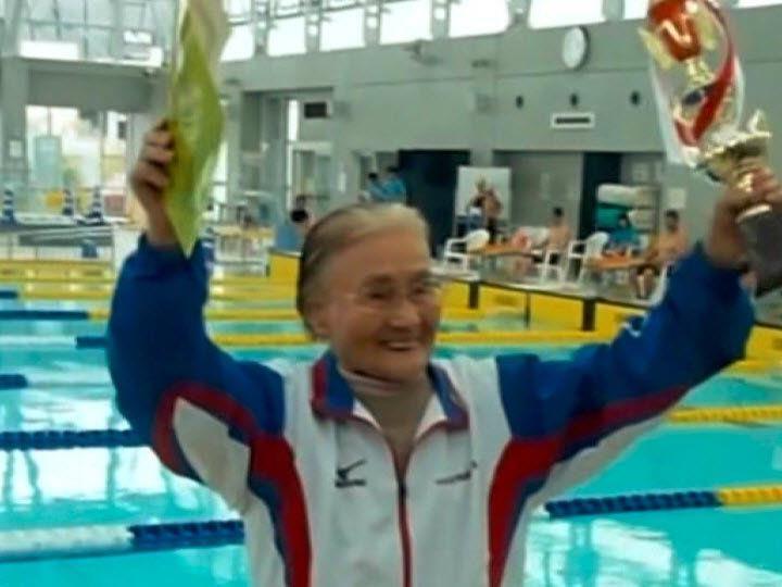 Mieko Nagaoka begann erst mit 80 zu Schwimmen.