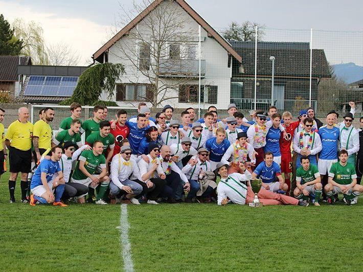 Gruppenfoto der beiden Kampfmannschaften in Lustenau mit dem EHC Lustenau