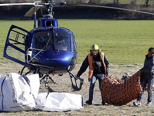 Arbeiter beim Abtransport von Trümmern des Flugzeug-Wracks