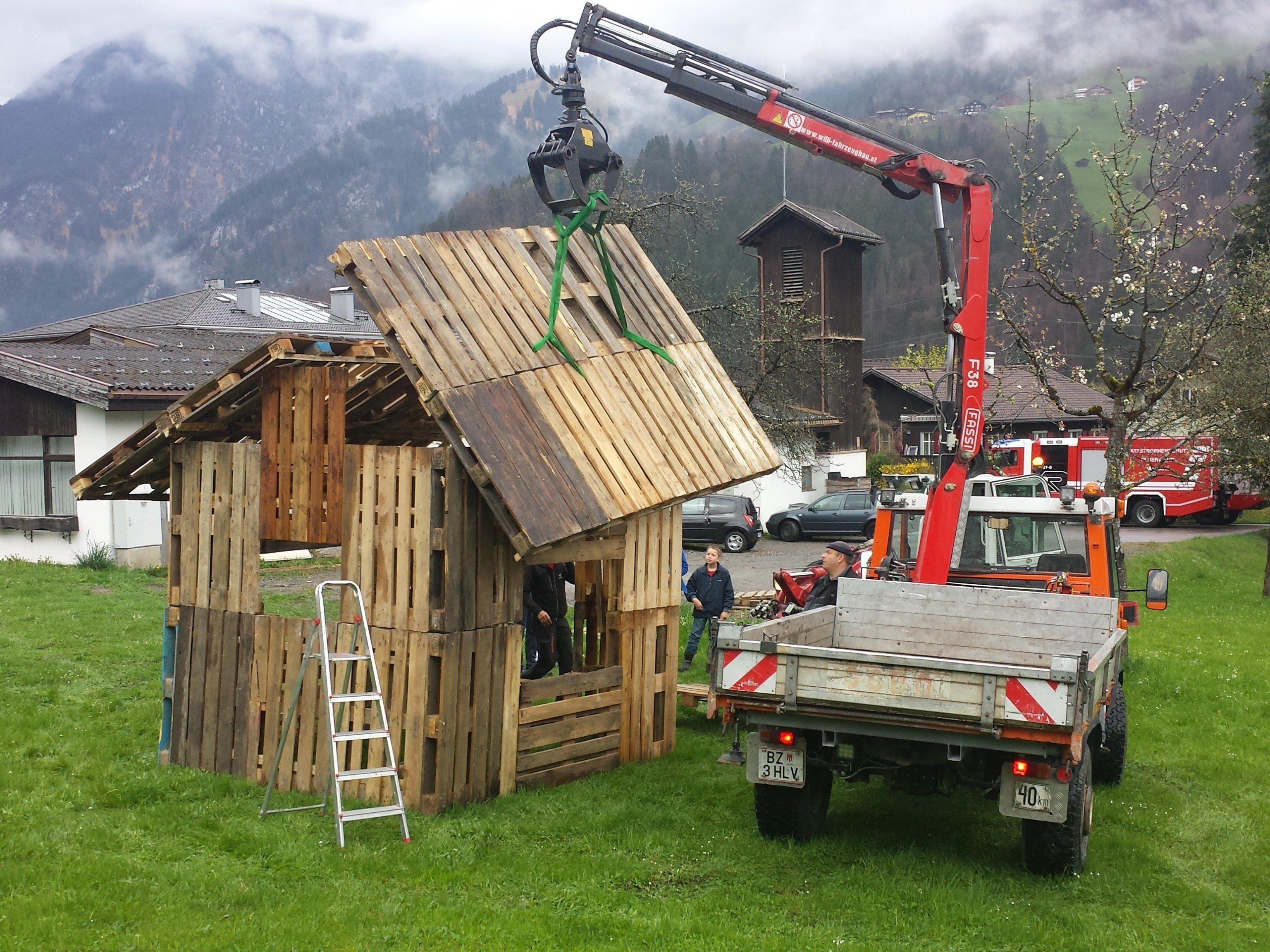 """Das """"Übungshaus"""" für den 18 Stundentag der Feuerwehr wird errichtet."""