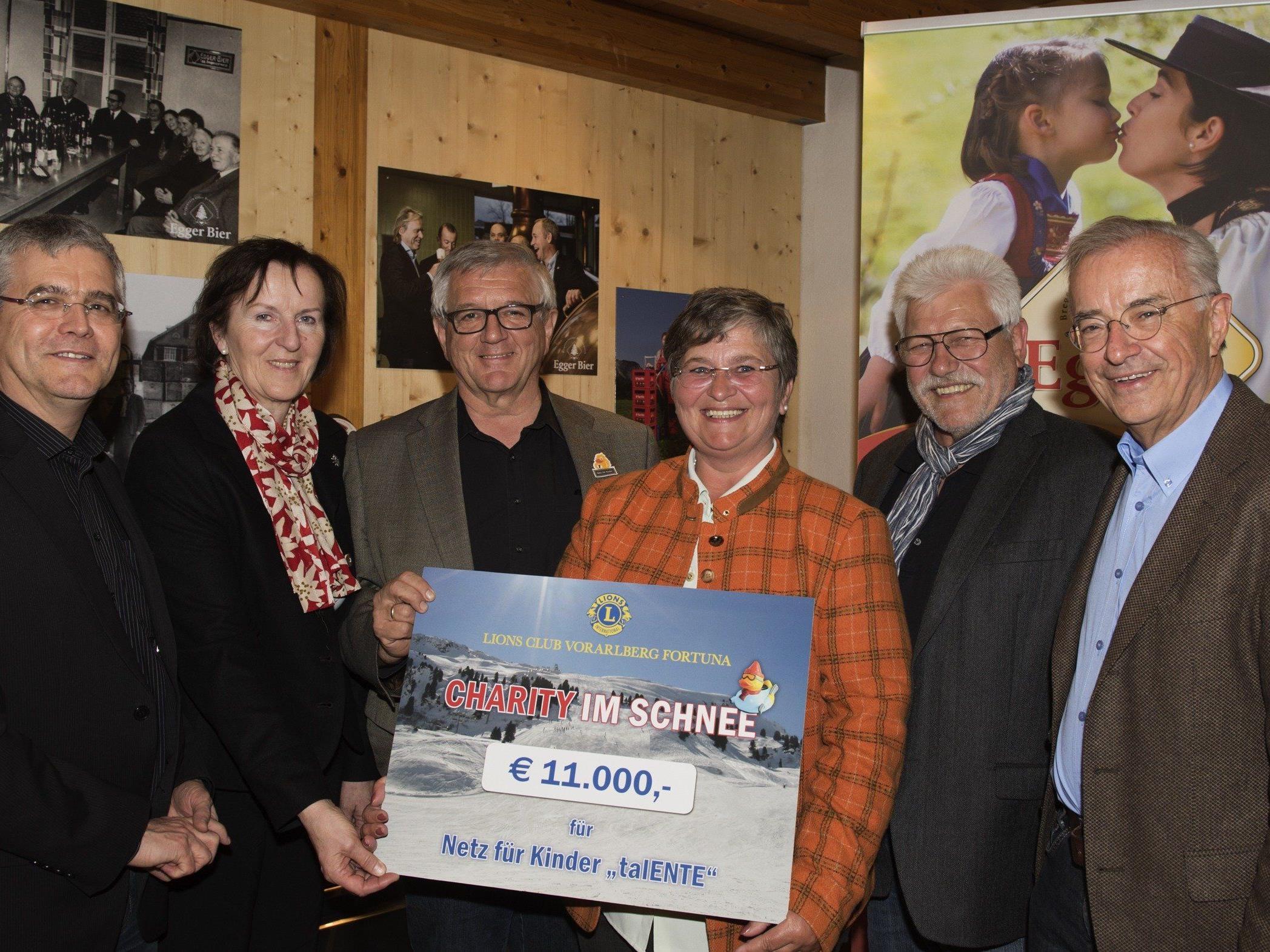 """In einem besonderen Rahmen, dank der Brauerei Egg, Luis Weidinger und Hubert Berkmann als Sponsor und Gastgeber konnte der Lions Club Vorarlberg Fortuna die Partner und Sponsoren der """"Charity im Schnee"""" begrüssen. Dieser besondere Event, dem weltweit einzigartigen Entenskirennen, brachte für das talEnte-Haus vom Netz für Kinder € 11.000,-- ein.   In einer einzigartigen Partnerschaft mit den Skiliften Schröcken, allen voran Klaus Wiethüchter, dem ORF Vorarlberg Dir. Markus Klement und der Marketingchefin Eva Maria Thurnher und dem WEEKEND Magazin Arno Riedmann und Anton Willam ging diese besondere Charity bereits zum 2.Mal über die Bühne. Die Ideengeberin und Organisatorin Andrea Helbok und die Präsidentin Monika Sauermoser vom Lions Club Vorarlberg Fortuna konnten mit grosser Freude an den Obmann Franz Abbrederis vom Netz für Kinder den Scheck übergeben. Den gemütlichen Abend genossen: der Schirmherr der Veranstaltung Herbert Sausgruber und Ilga Sausgruber (NfK), Klaus Wiethüchter, GFF der Skilifte Schröcken mit seinem Team, Siegi Hollaus, Otmar Spiegel und Sonja Feuerstein. Renate Moser und Rolf Seewald (Intersky), Renato und Sabine Schneider (Autohaus Strolz), Thomas und Irene Walch (Bäckerei und Hotel Walserberg, Warth) Andreas Helbok (Felder-Häusle-Helbok), Julian Eiter (Trend Media), vom Netz für Kinder Obmann Franz Abbrederis, Mag. David Kessler, Egide und Marialis Bischofberger, Edith Themessl und Günter Schwarzl, sowie die Mitglieder vom LC Vorarlberg Fortuna Renate Moser, Kyriaki Efstathiou, Ingrid Köb-Berchtold, Jutta Diem und Marlies Michel"""