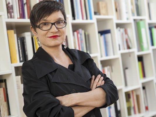 Olga Flor versucht sich als junge Mode-Bloggerin