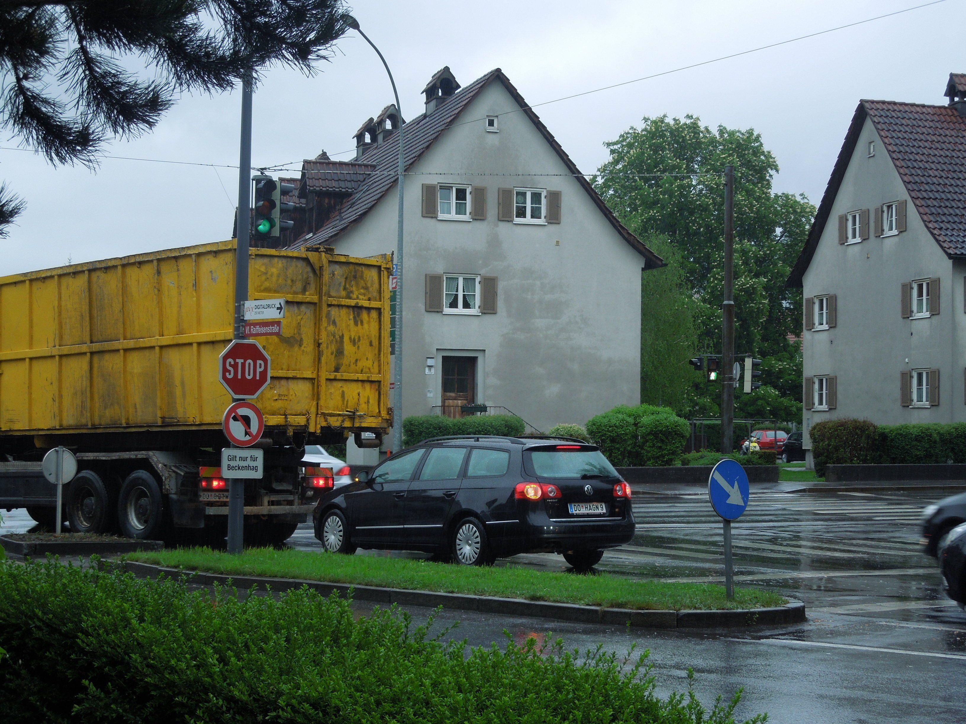 Die Grünphase dauert gerade so lange, dass fast immer nur 2 Autos auf die Lustenauerstraße abbiegen können.